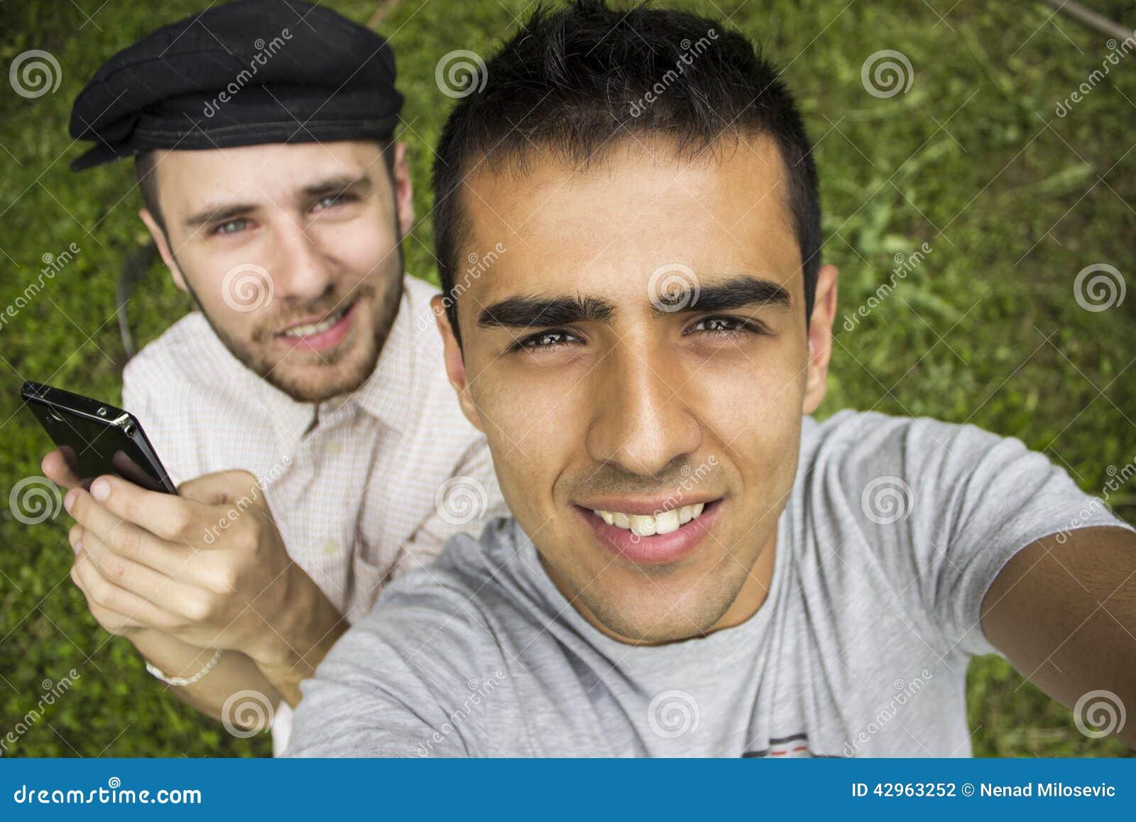 Gute Freunde, die ein Selbstporträt nehmen