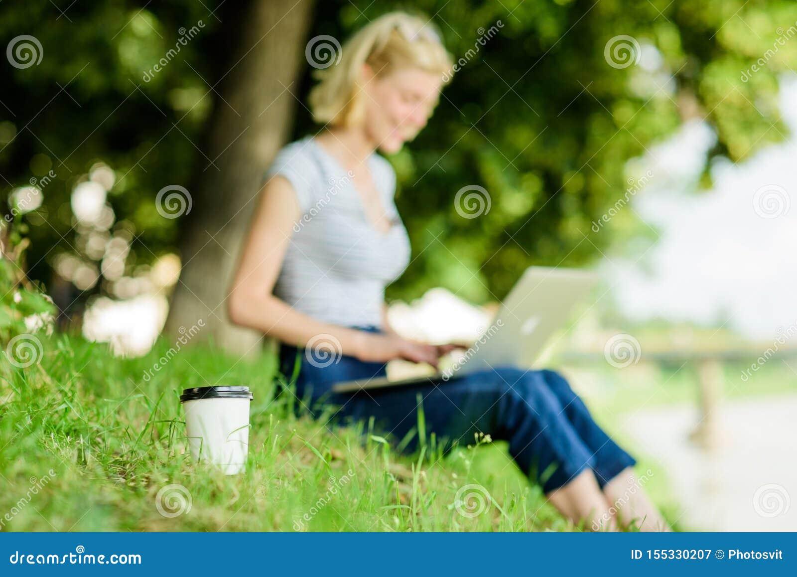 Guten Morgen Blogger, der von Natur aus angespornt wird Sommer online Blogger schaffen Inhalt f?r Soziales Netz Frau hat