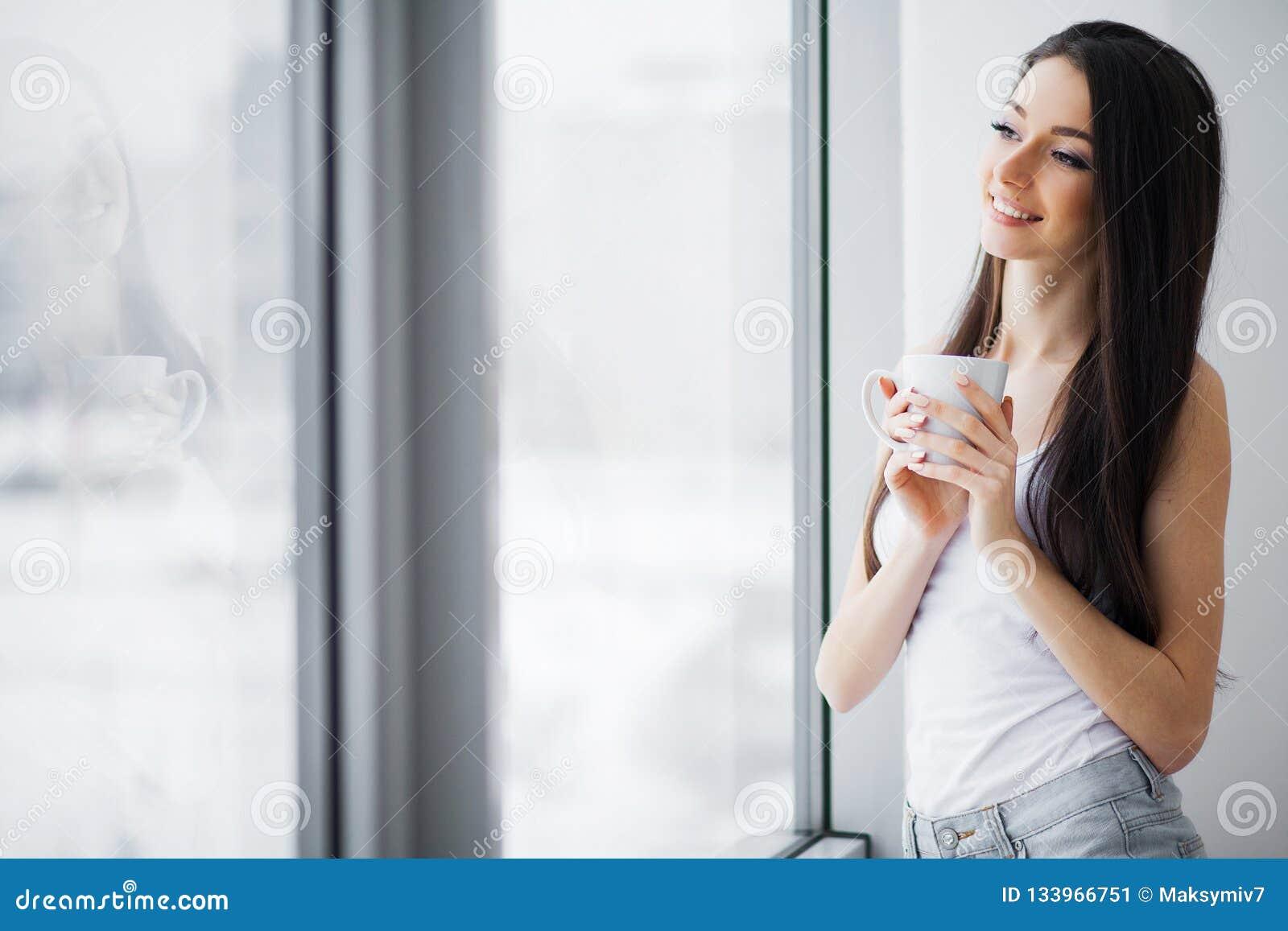 Guten Morgen Glückliche Frau, die sich zu Hause entspannt