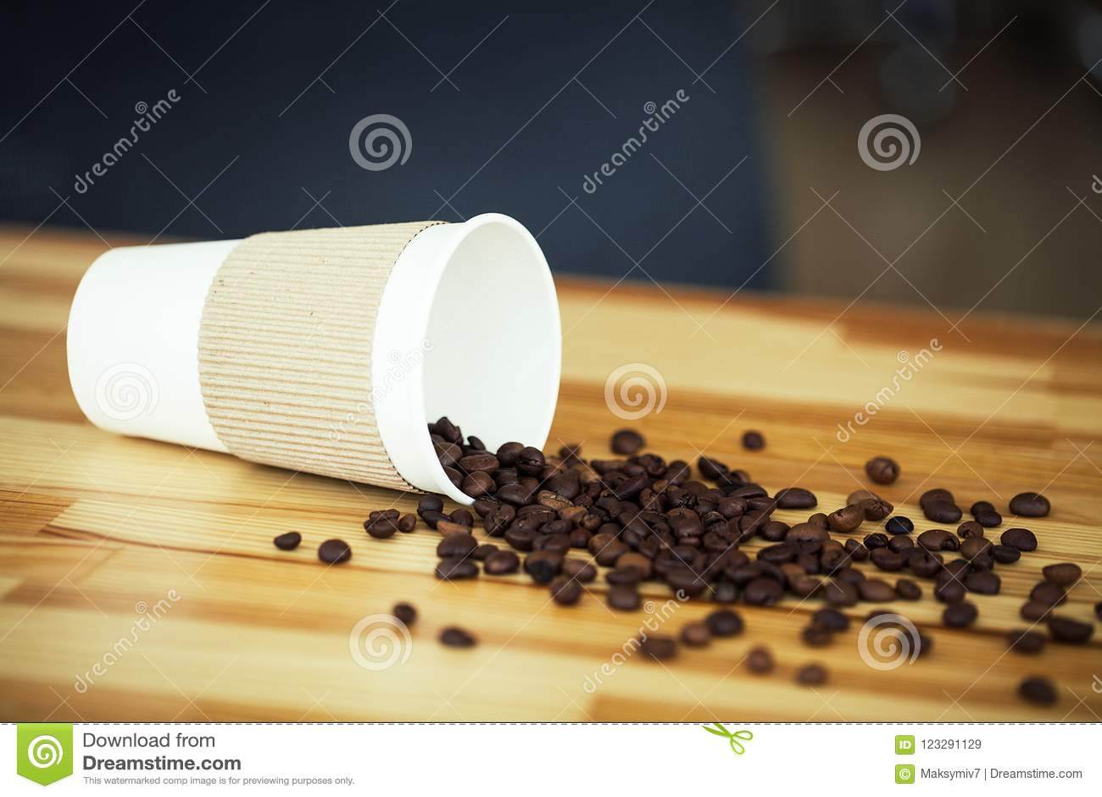 Guten Morgen Kaffee zum zu gehen Kaffeebohnen auf Holztisch Backoun