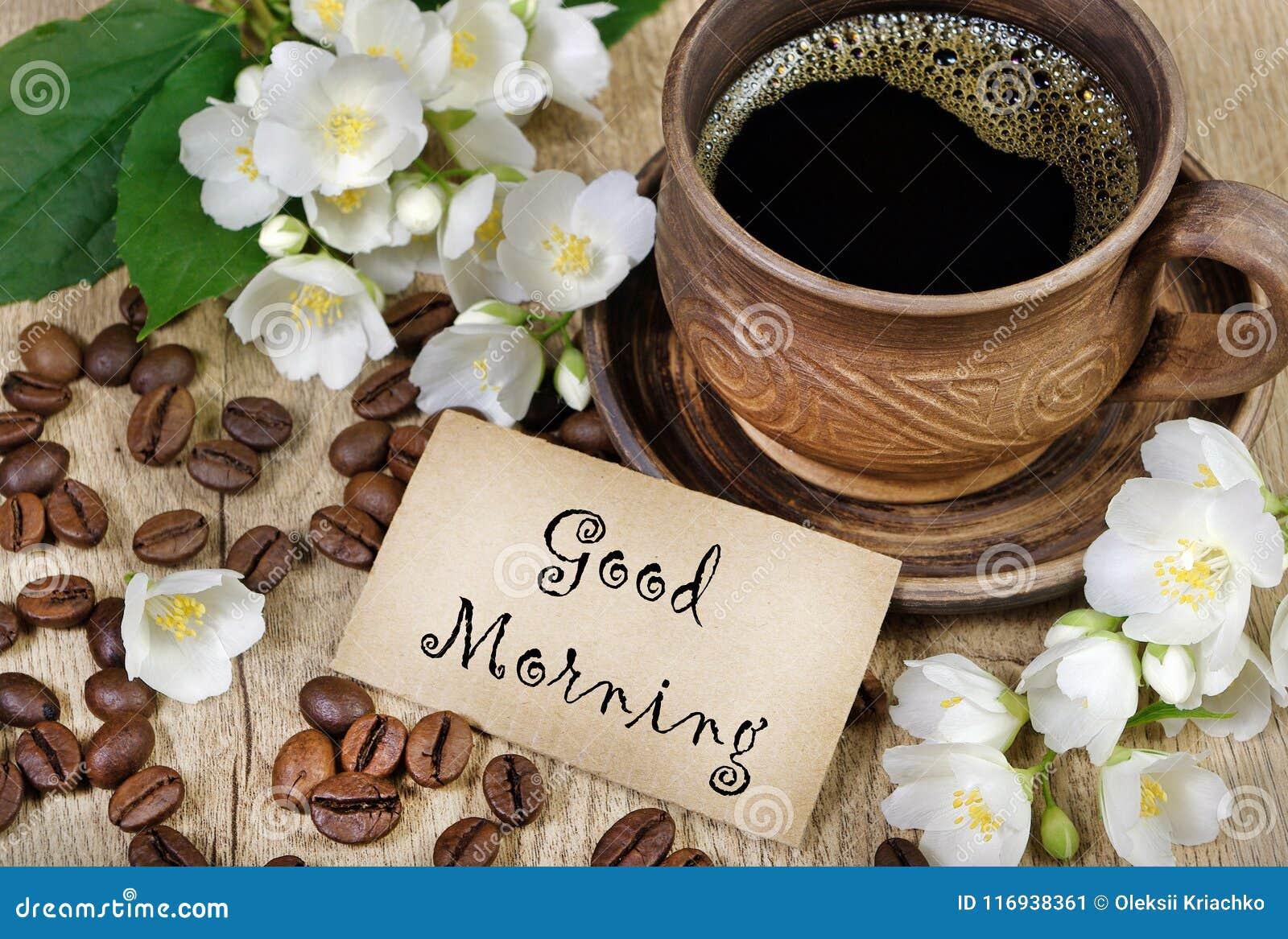 Guten Morgen Morgenkaffee- und -jasminblumen auf einem Holztisch