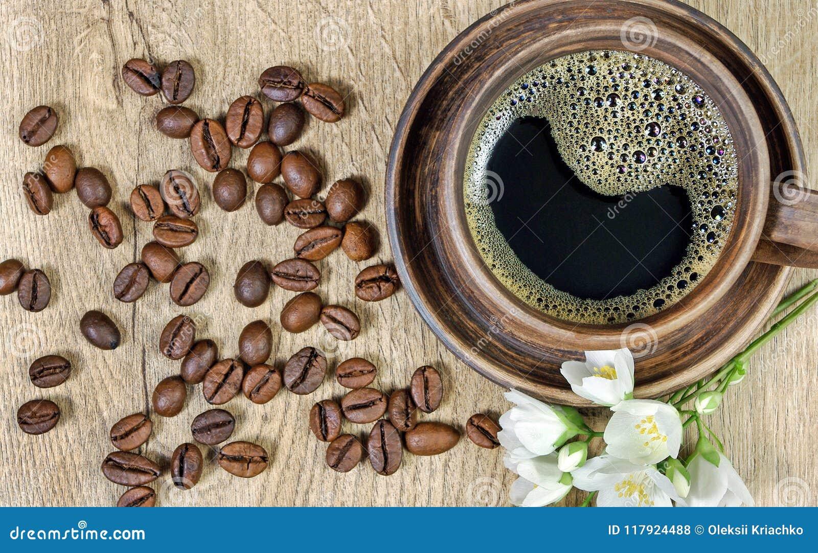 Guten Morgen Morgenkaffee- und -jasminblumen auf einem Holztisch Beschneidungspfad eingeschlossen