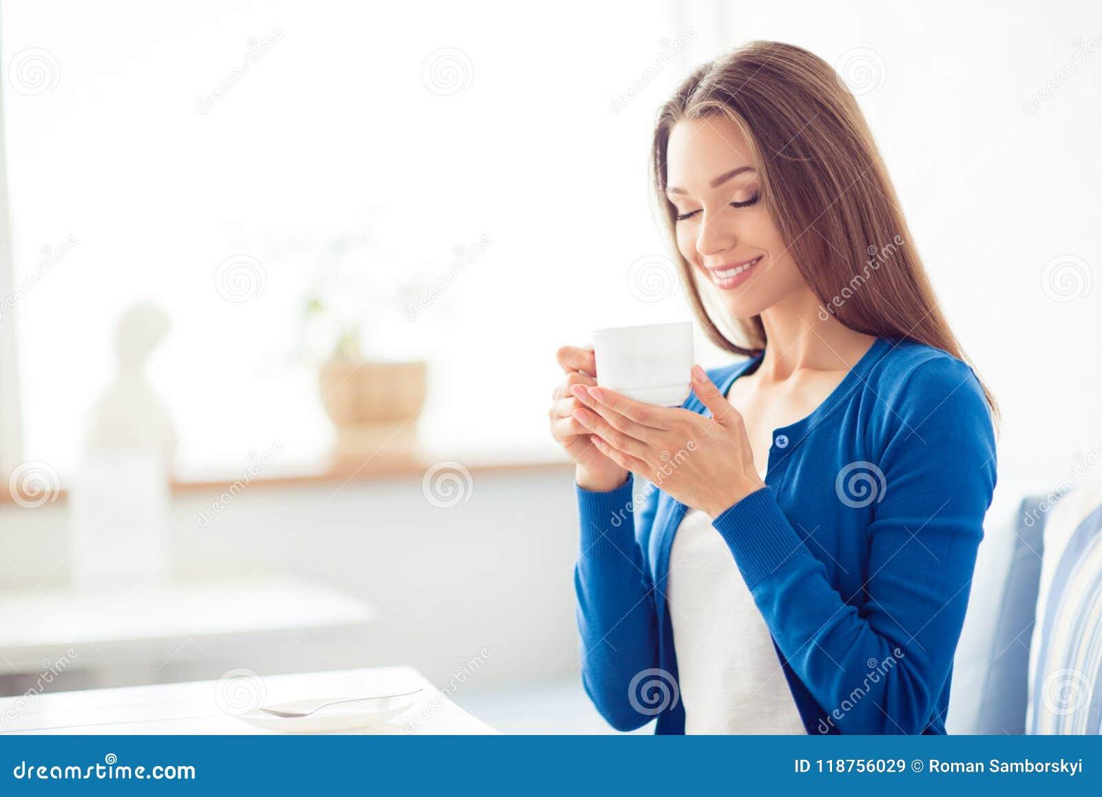 Guten Morgen! Schließen Sie herauf Porträt des reizend träumerischen trinkenden Kaffees des jungen Mädchens des Brunette Sie ist