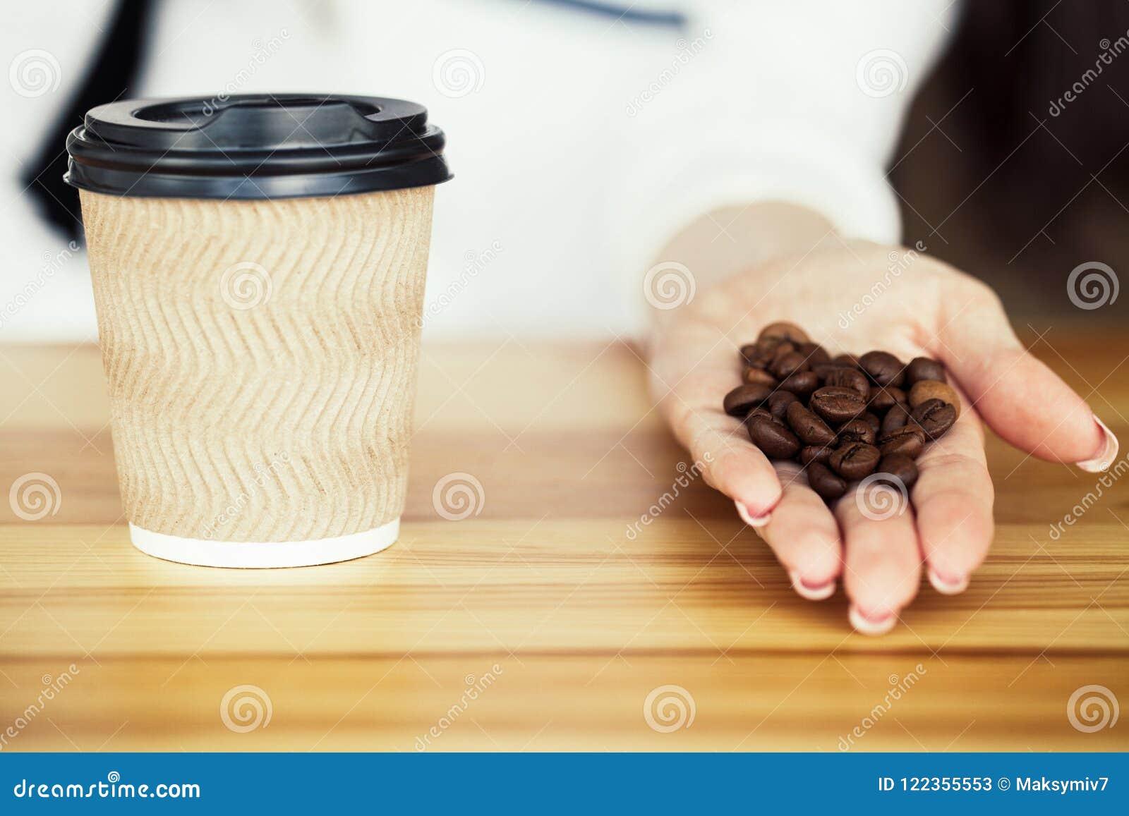 Guten Morgen Tasse Kaffee, zum auf Woodem-Hintergrund zu gehen