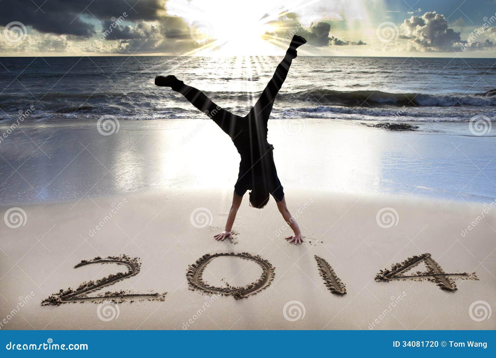 Guten rutsch ins neue jahr 2014 auf dem strand mit sonnenaufgang