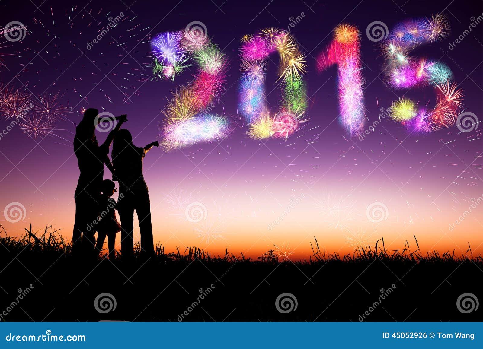 Guten Rutsch ins Neue Jahr 2015 die Familie, welche die Feuerwerke aufpasst und feiern