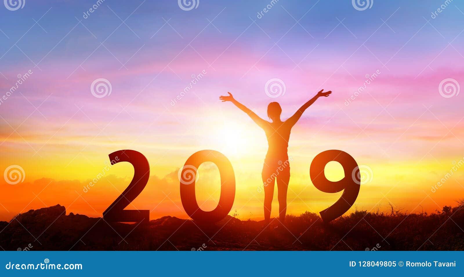 Guten Rutsch ins Neue Jahr 2019 - glückliches Mädchen mit Zahlen