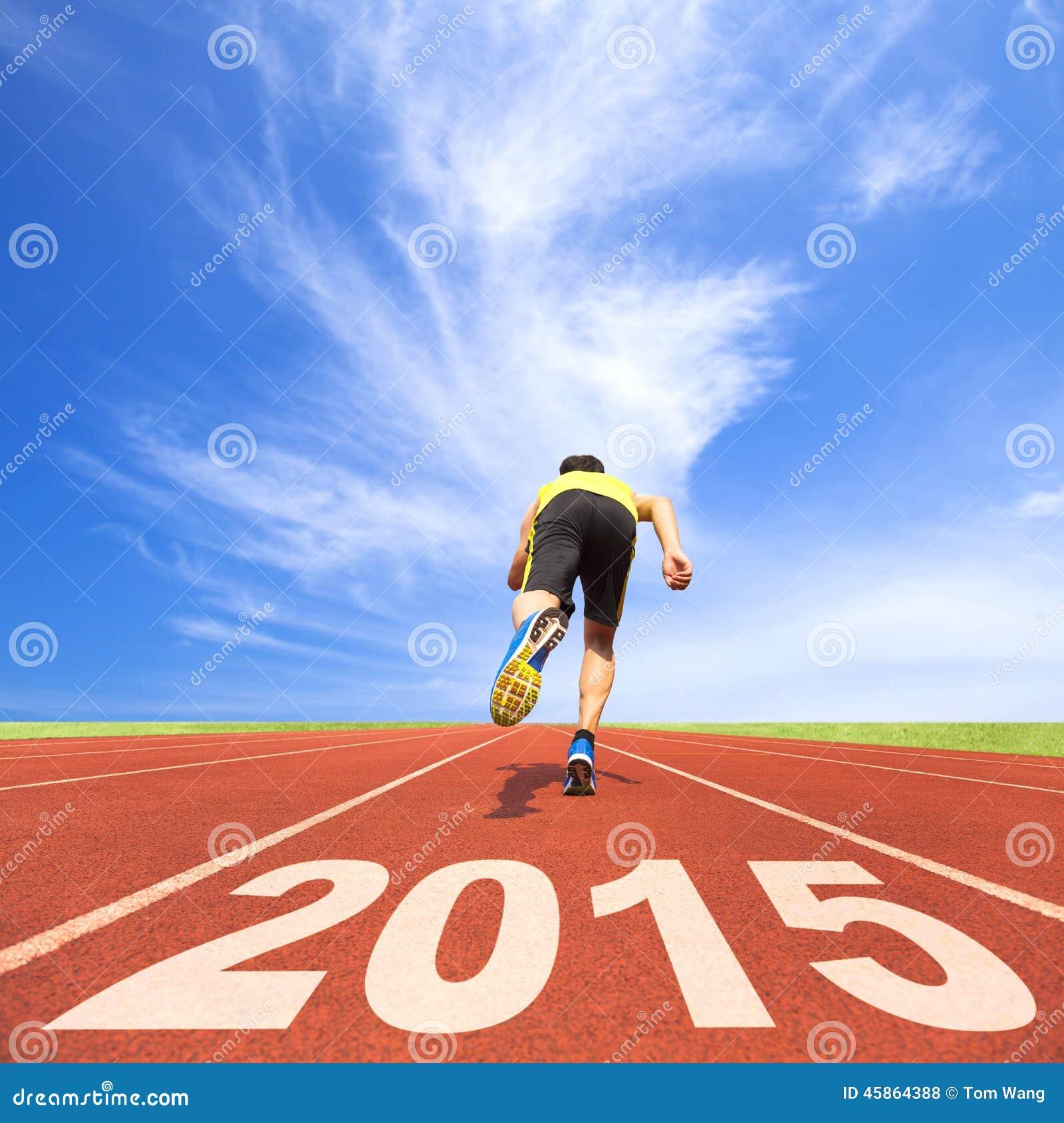 Guten Rutsch ins Neue Jahr 2015 Junger Mann, der auf Spur läuft