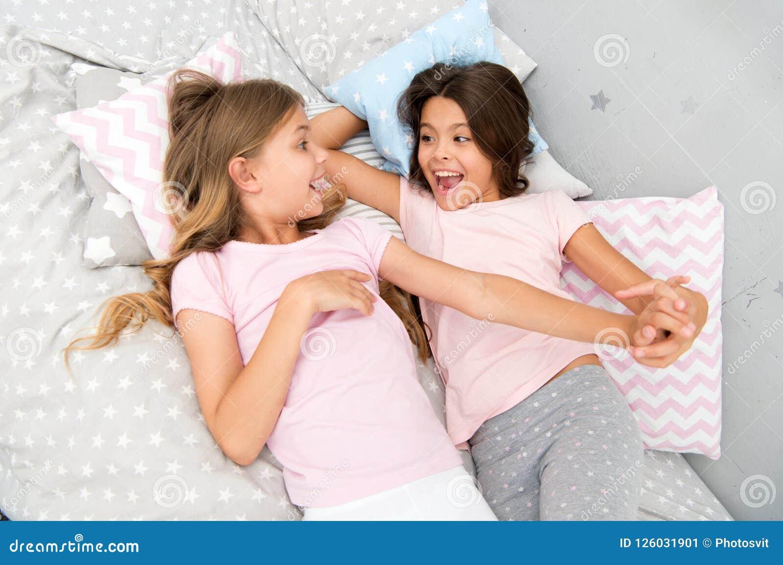 Gutenmorgen und gesunder Schlaf kleine Mädchen sagen guten Morgen miteinander kleine Mädchen im Bett nach gesundem Schlaf