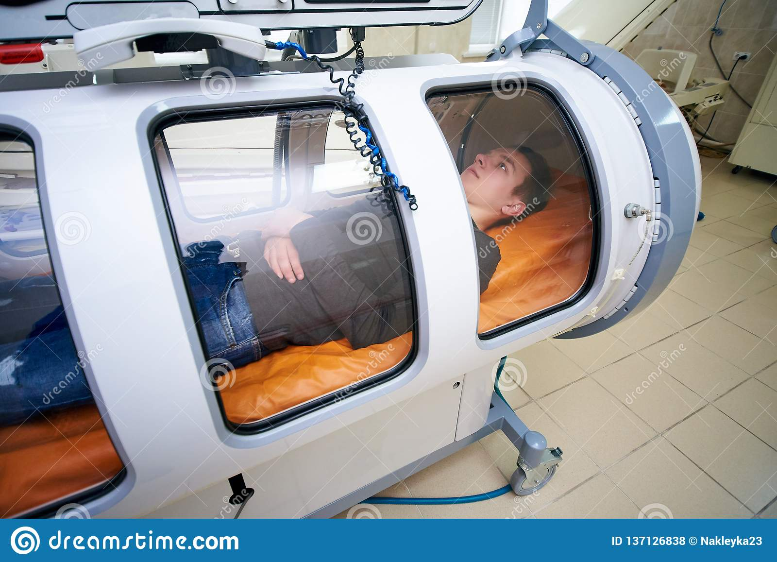 The guy in the black T-shirt lies in the hyperbaric chamber, oxygen therapy