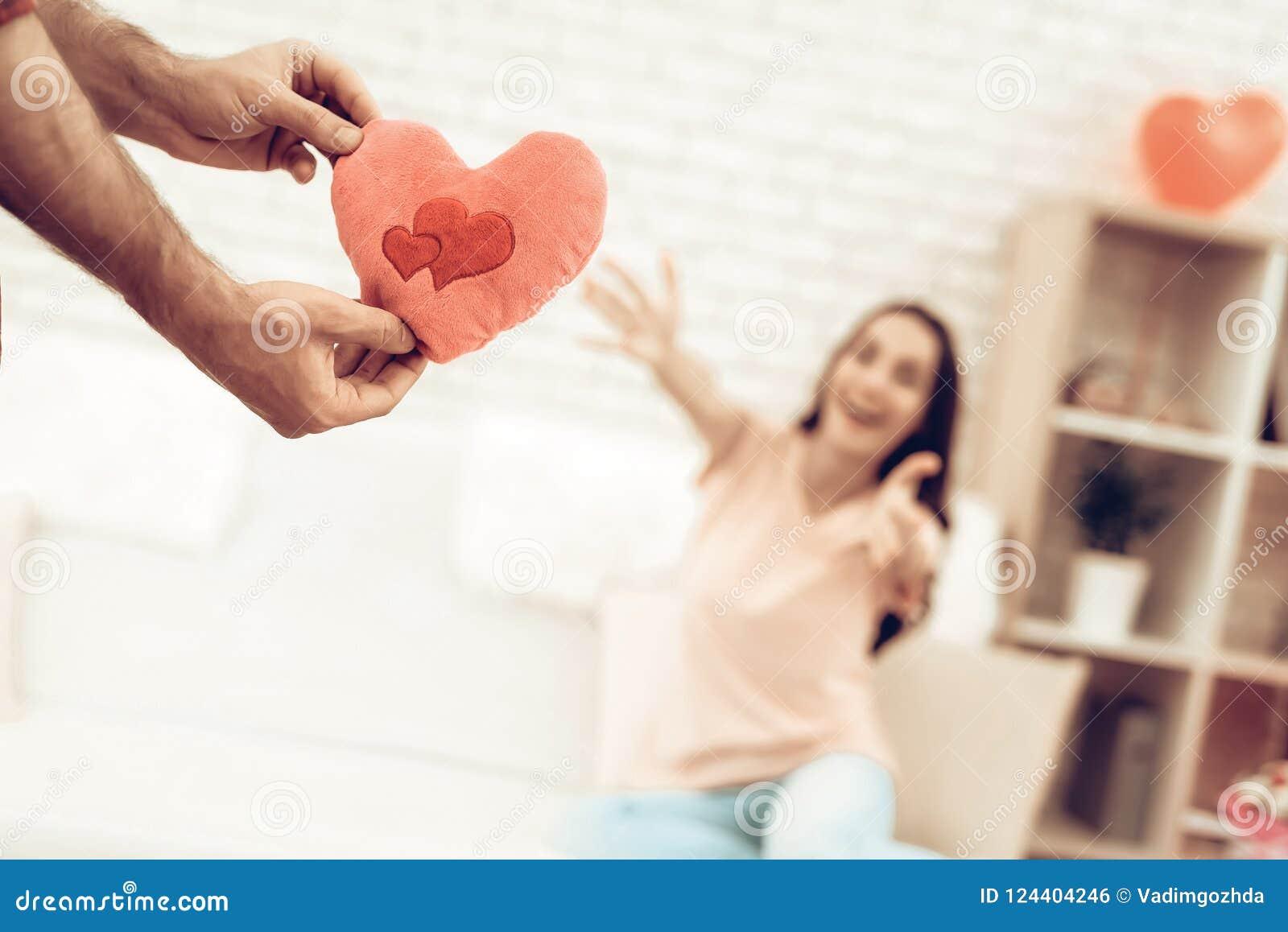 Guy Makes ein Geschenk zur Freundin an Valentinsgruß ` s Tag