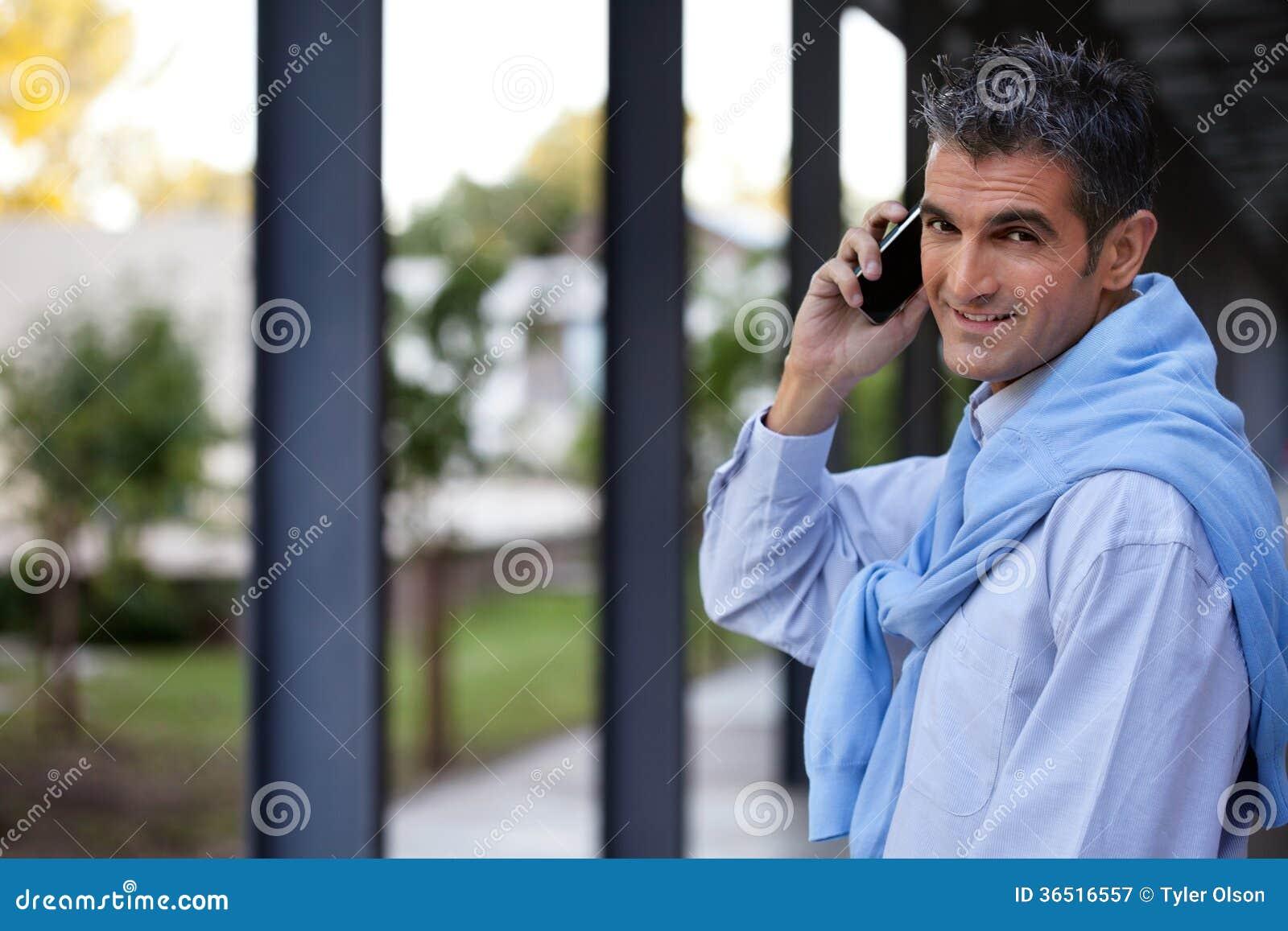 Guy Talking beau au téléphone portable