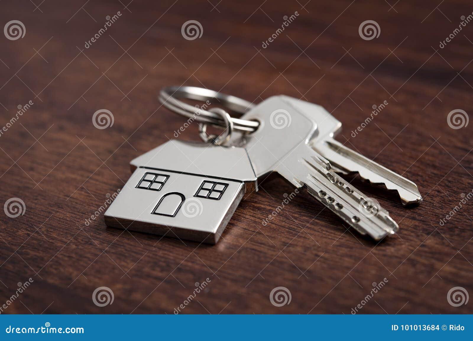 Gviving Haustasten des des Immobilienmaklers oder Grundstücksmaklers zum neuen Hausbesitzer, Fokus auf Tasten