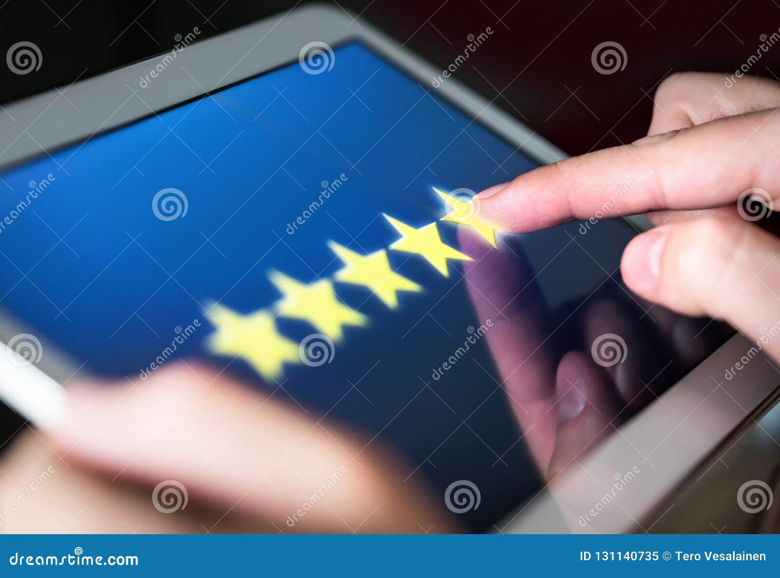 5 gwiazdowa ocena lub przegląd w ankiecie, wybory, kwestionariuszu lub zadowolenie klienta badaniu,