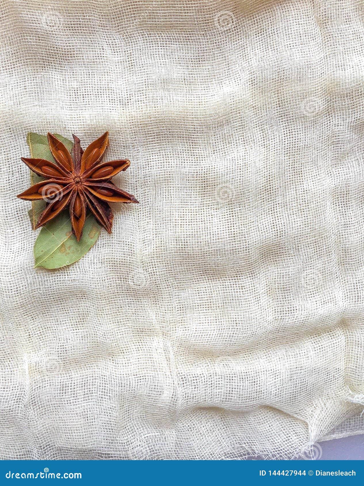Gwiazdowy anyż i podpalany liść centrum, z lewej strony, na górze serowego płótna