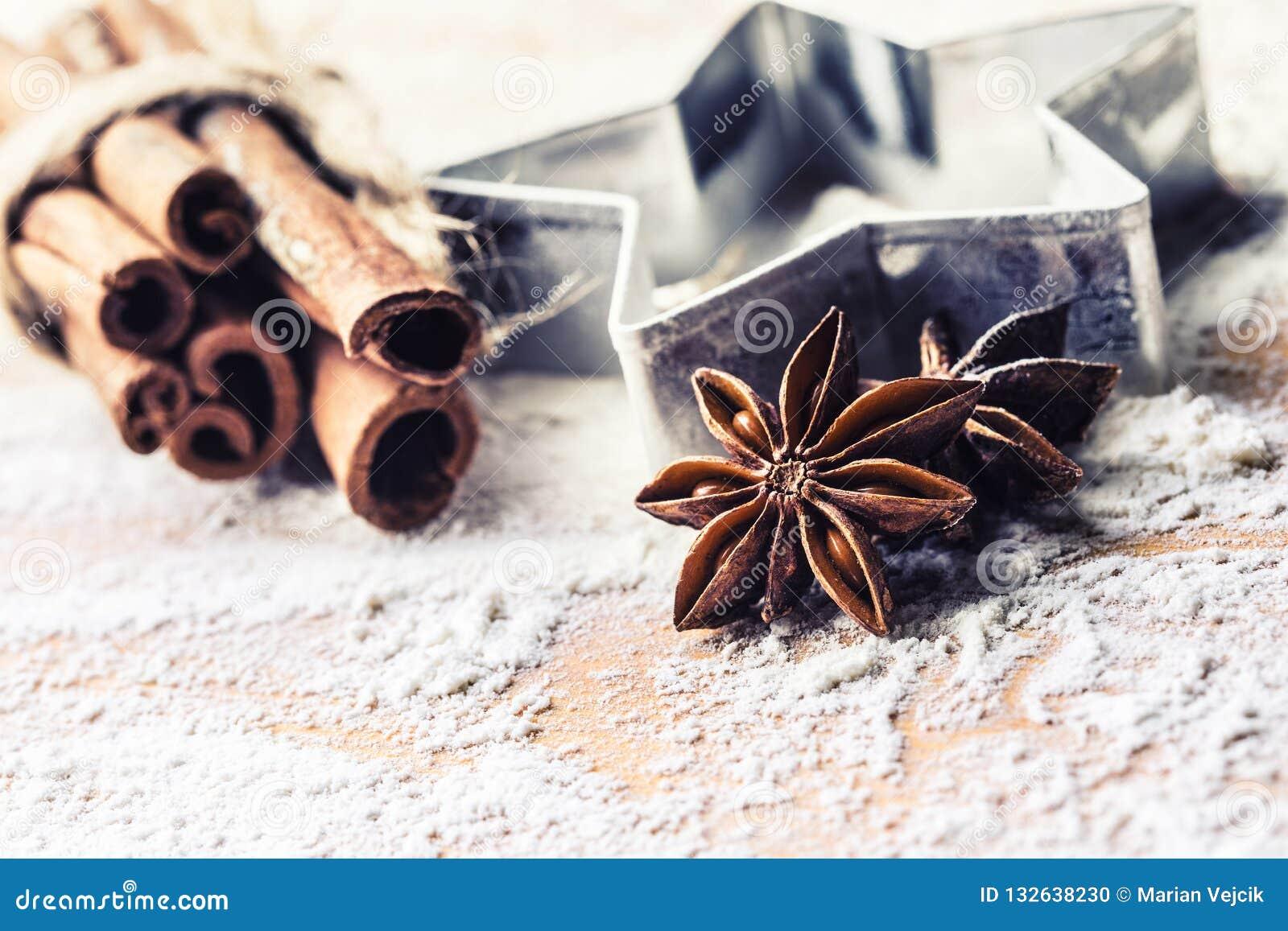 Gwiazdowy anyżowego ciastka krajacza cynamon i mąka na pieczeniu wsiadamy Chr