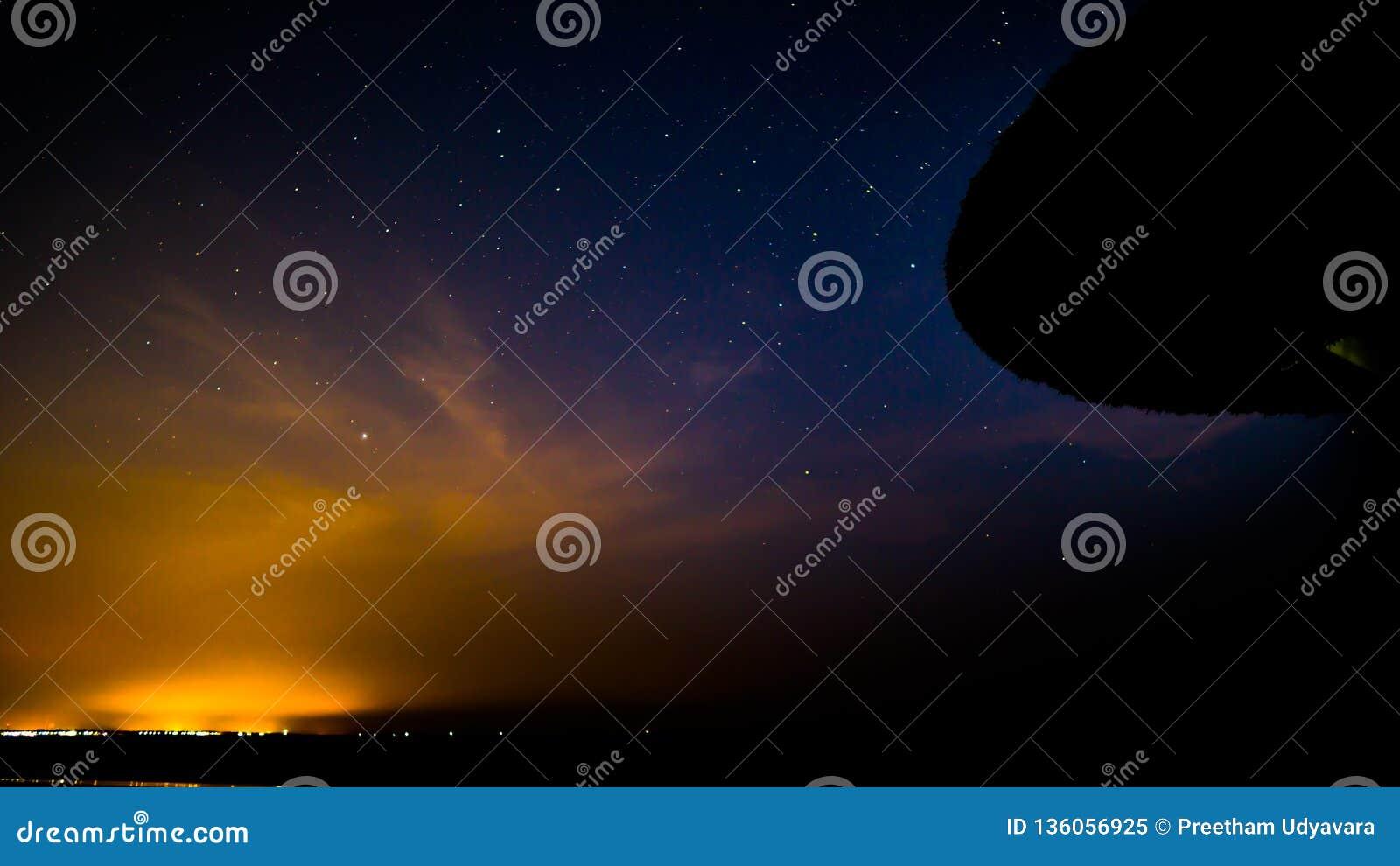 Gwiazdy w nocnym niebie