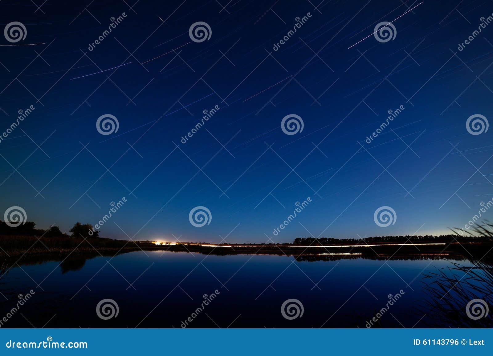 Gwiazdy w nocnym niebie odbijali w rzece Światła fr