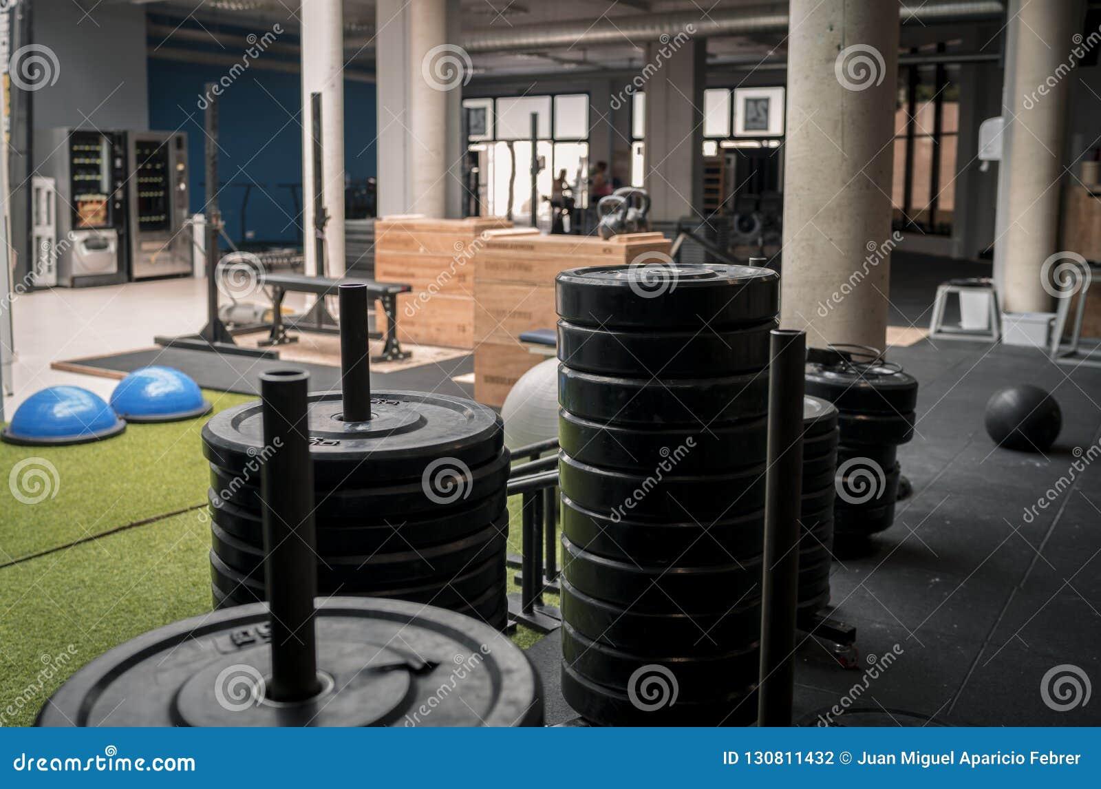Gym de Crossfit com pesos e equipamento do exercício