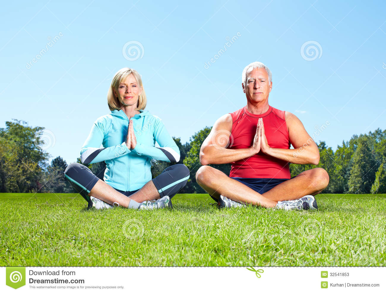 gym-fitness-healthy-lifestyle-senior-couple-park-32541853.jpg