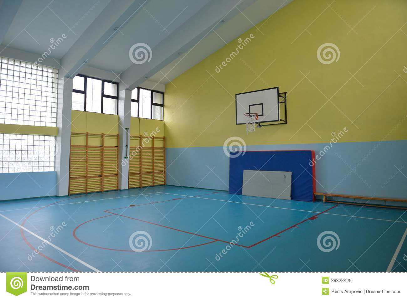 Gymnase d 39 cole d 39 int rieur photo stock image 39823429 for Interieur cours