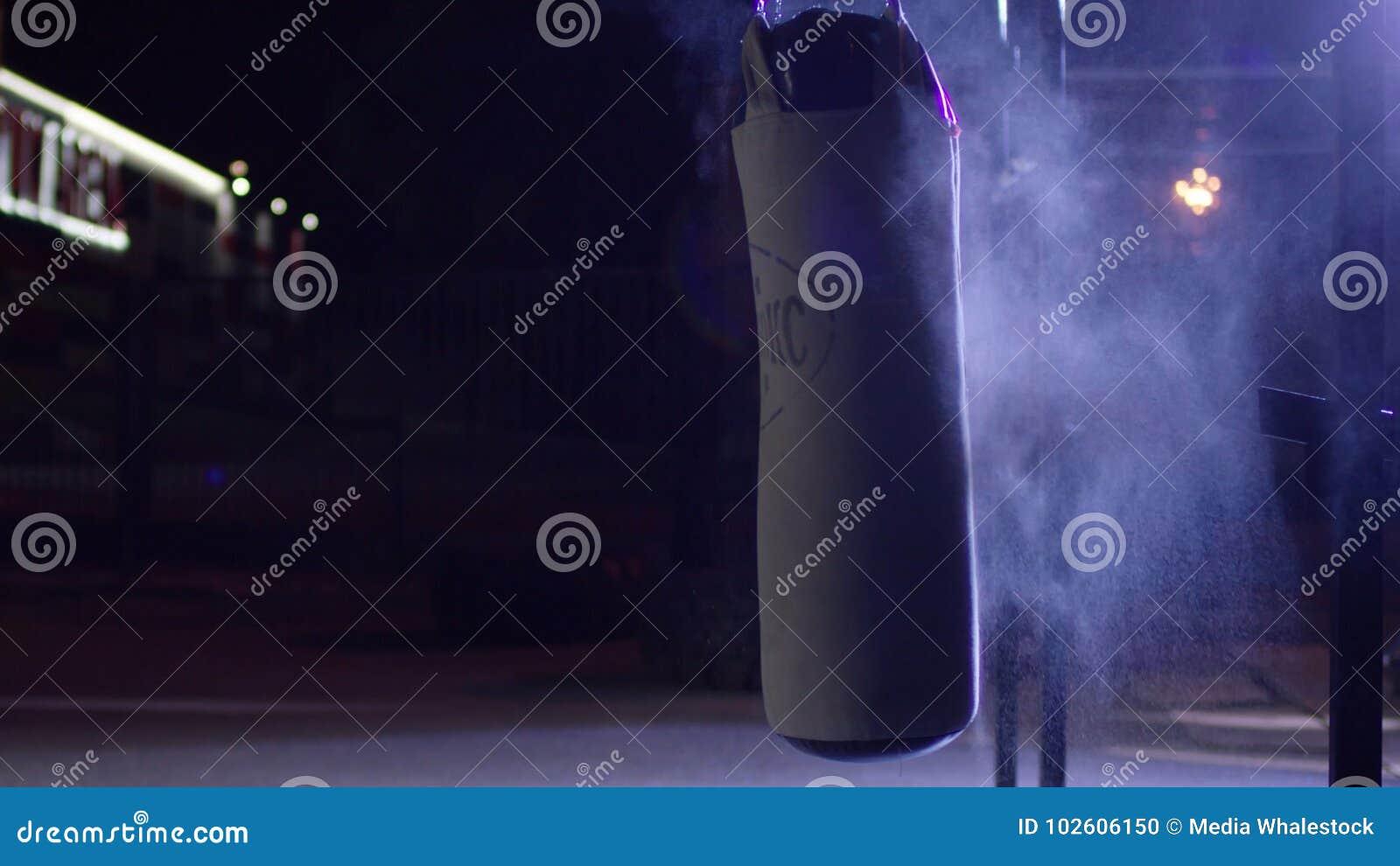 Gymnase, sacs de sable Sacs de sable dans le débarras, sport Sac de sable à l au sol de sports d obscurité