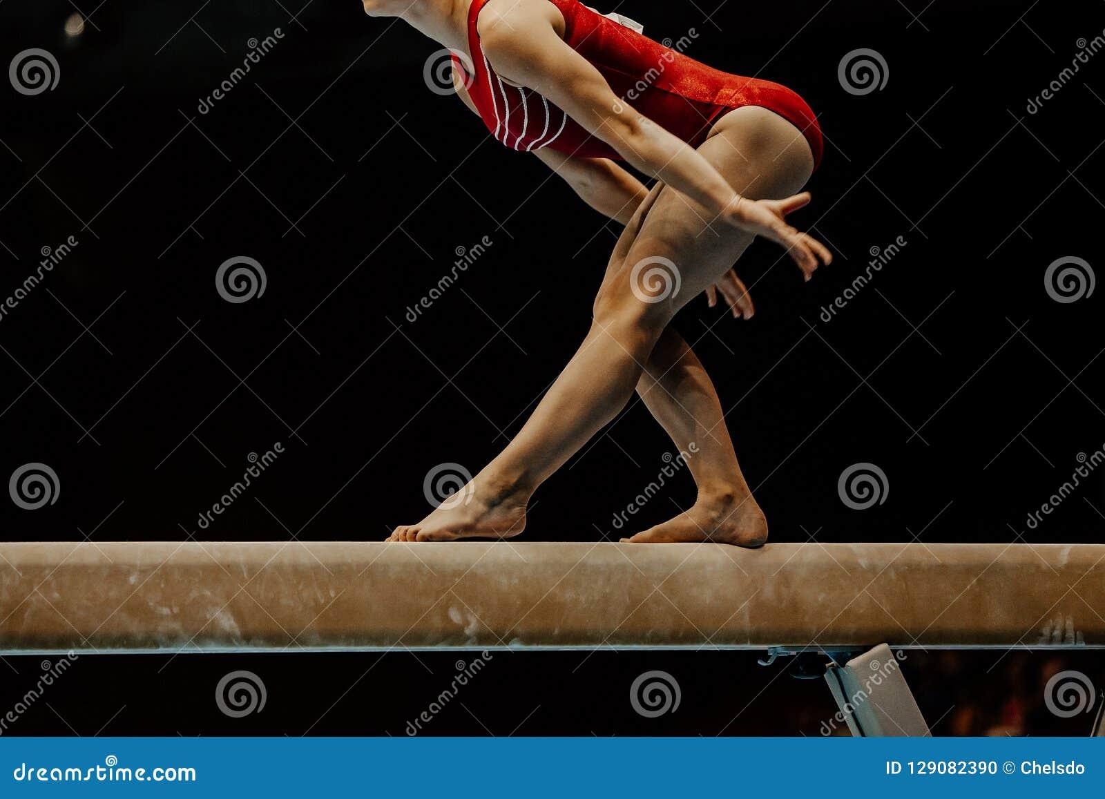 Gymnast för övningsbalansbomkvinnlig
