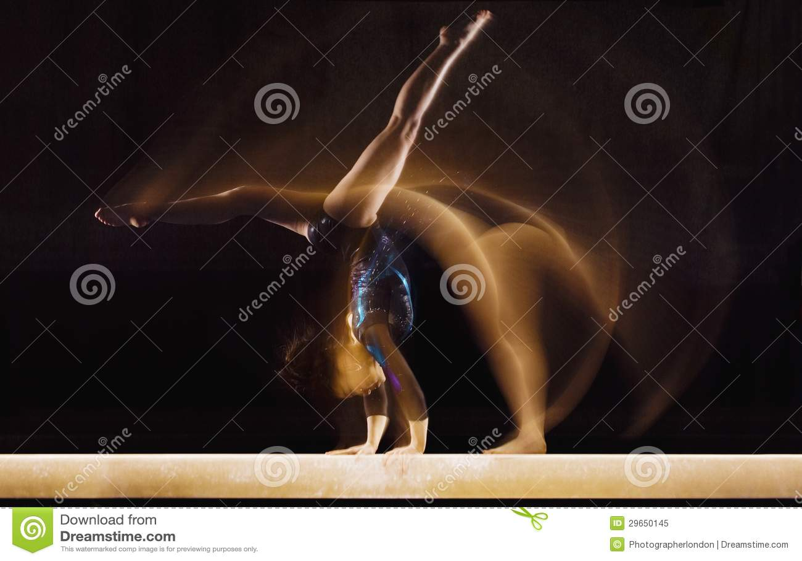Gymnaste féminin dans le mouvement
