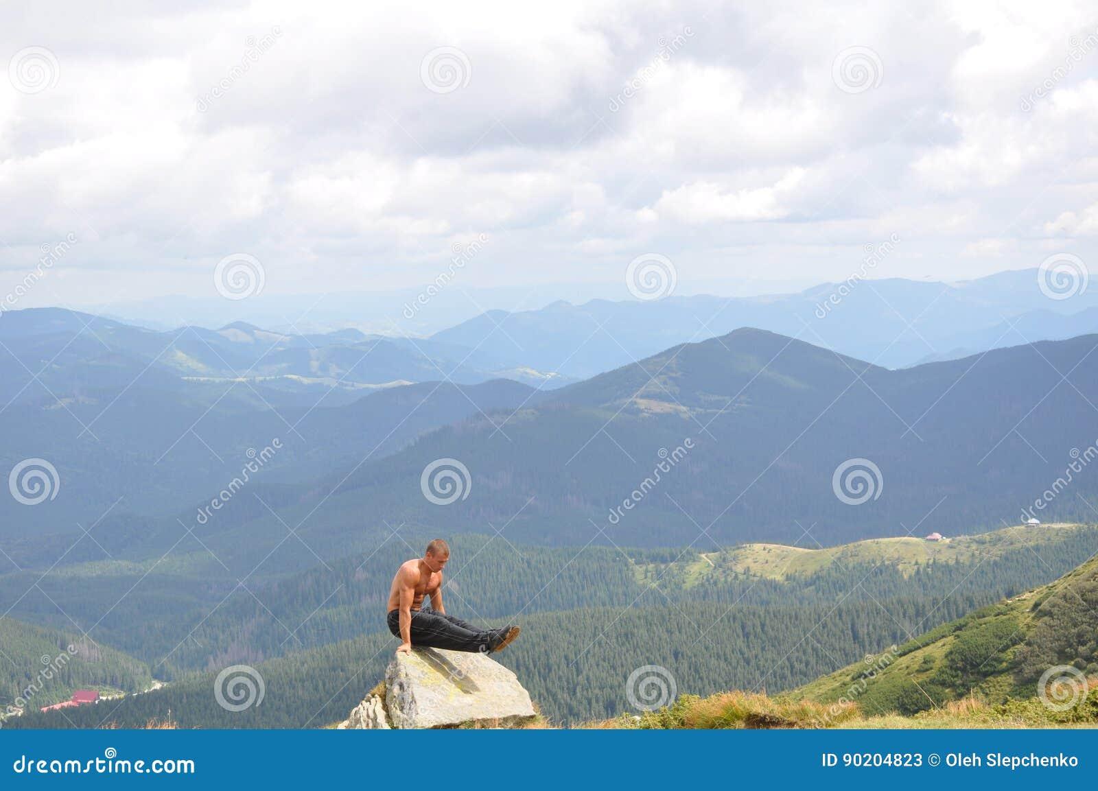 Gymnaste masculin faisant l exercice gymnastique dans les montagnes