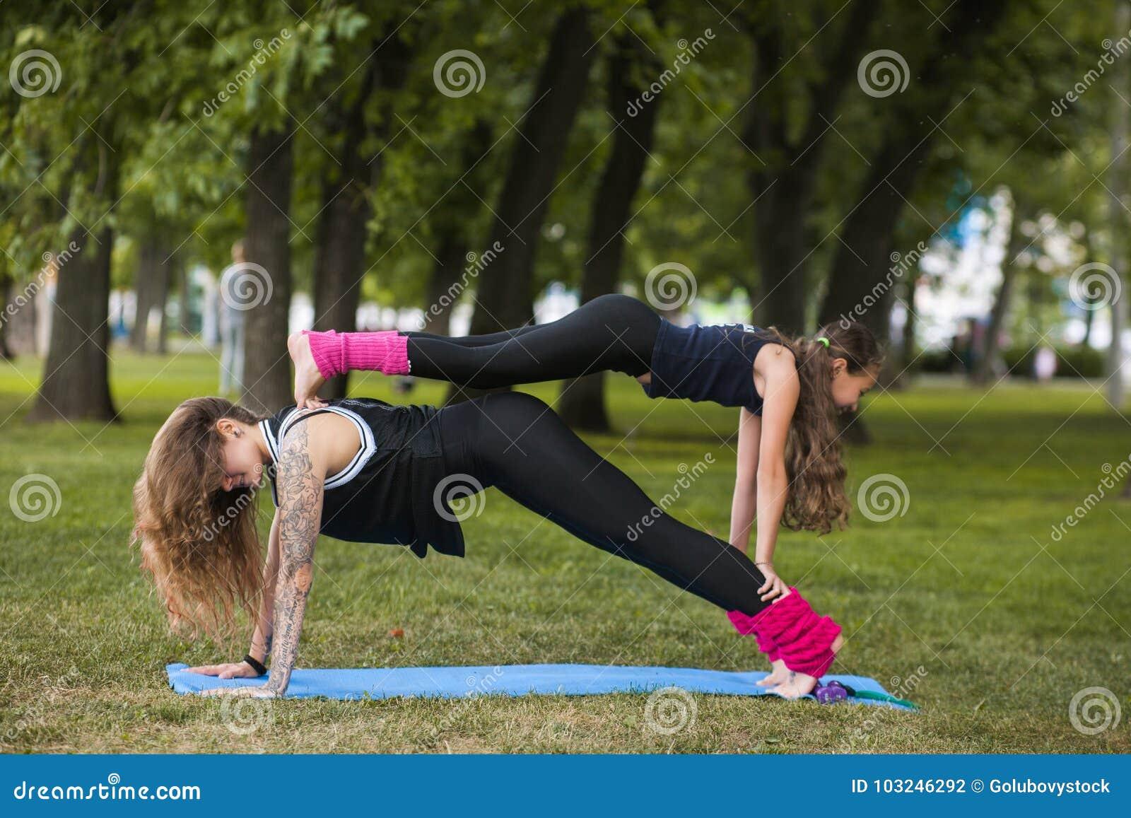 Gymnastique de famille de travail d équipe Mode de vie actif de sport
