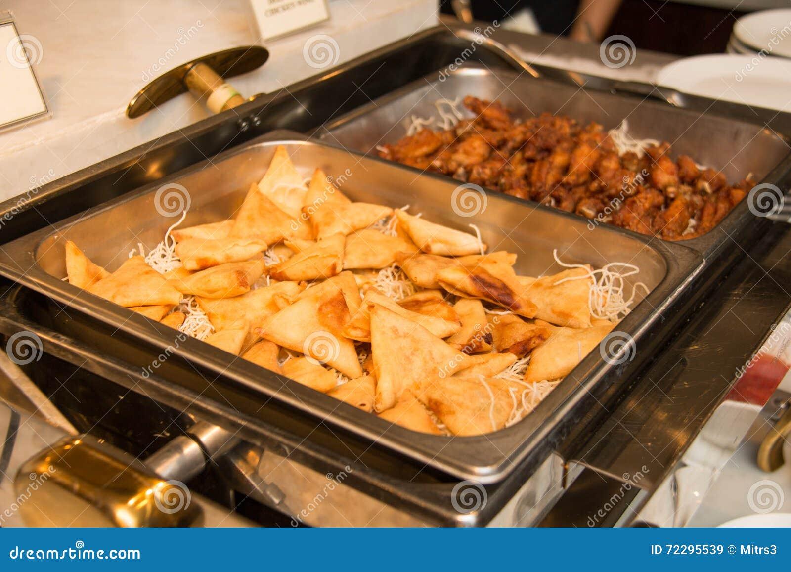 Download Gyoza вареника и Chiken крыло на блюде Стоковое Изображение - изображение насчитывающей плита, тарелки: 72295539