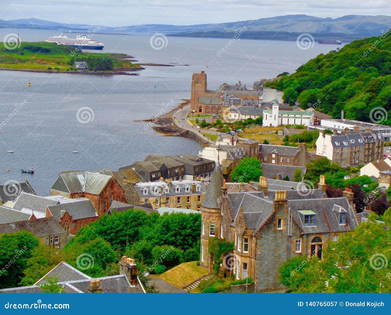 Hög-vinkel sikt av Oban, Skottland