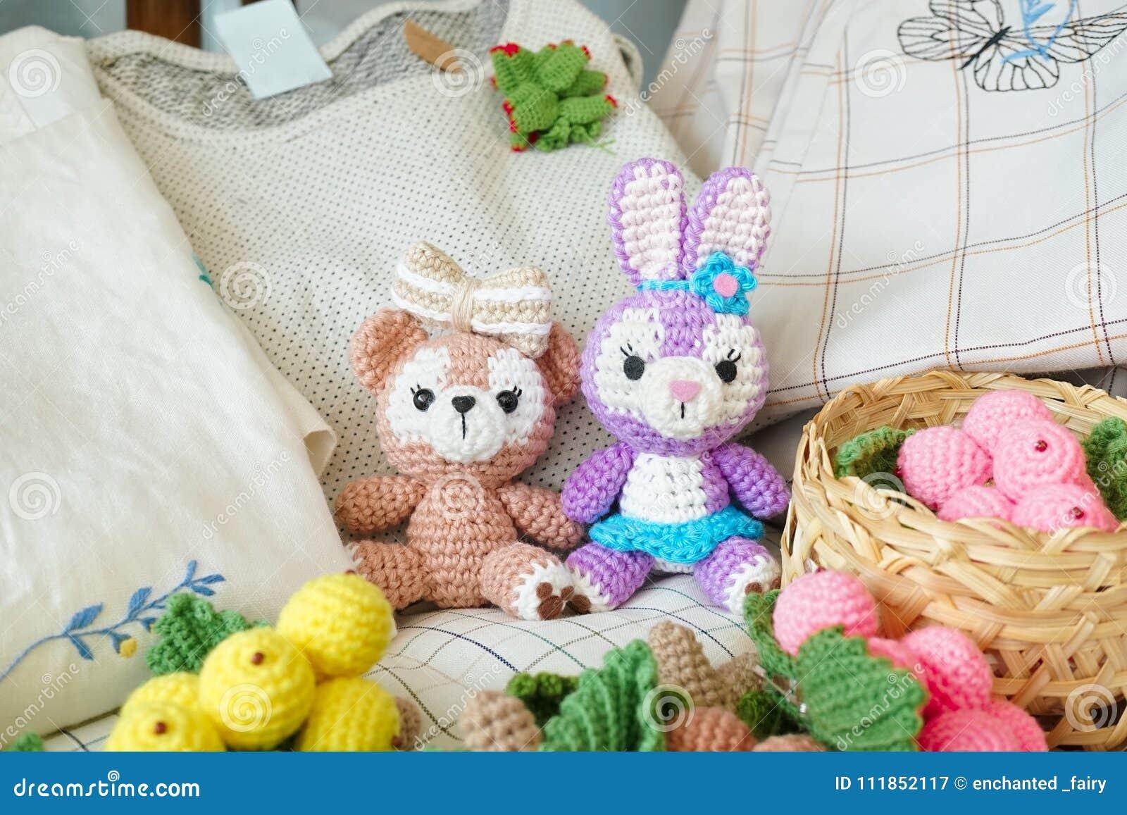 Häkelarbeitpuppen ein netter Teddybär und ein Osterhase amigurumi Puppe