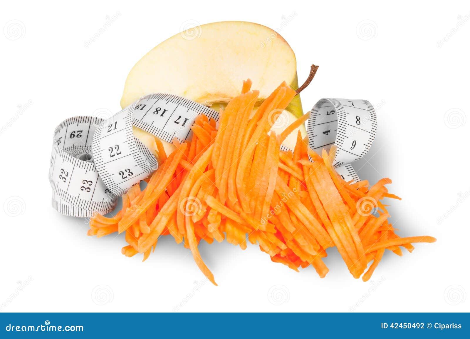 Hälfte Apple mit zerriebenen Karotten und dem nähenden Messen