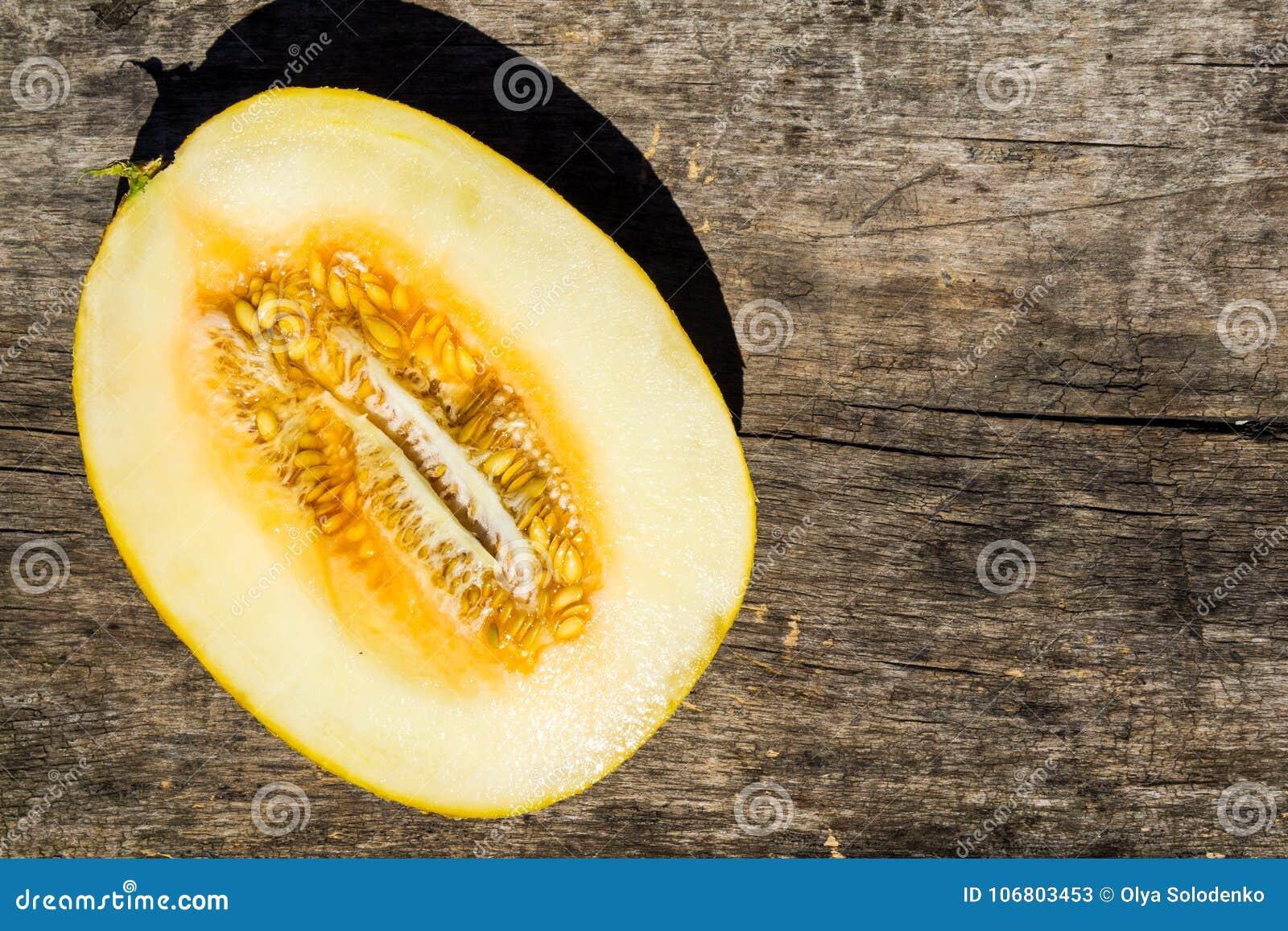Download Hälfte Der Melone Auf Rustikalem Hölzernem Hintergrund Stockbild - Bild von diät, frisch: 106803453