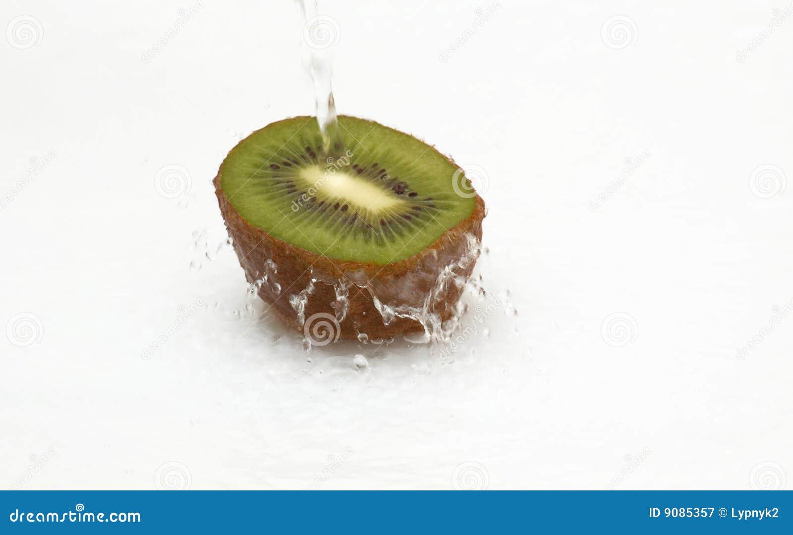 Hälfte der saftigen Kiwi und des sauberen, kühlen Wassers.