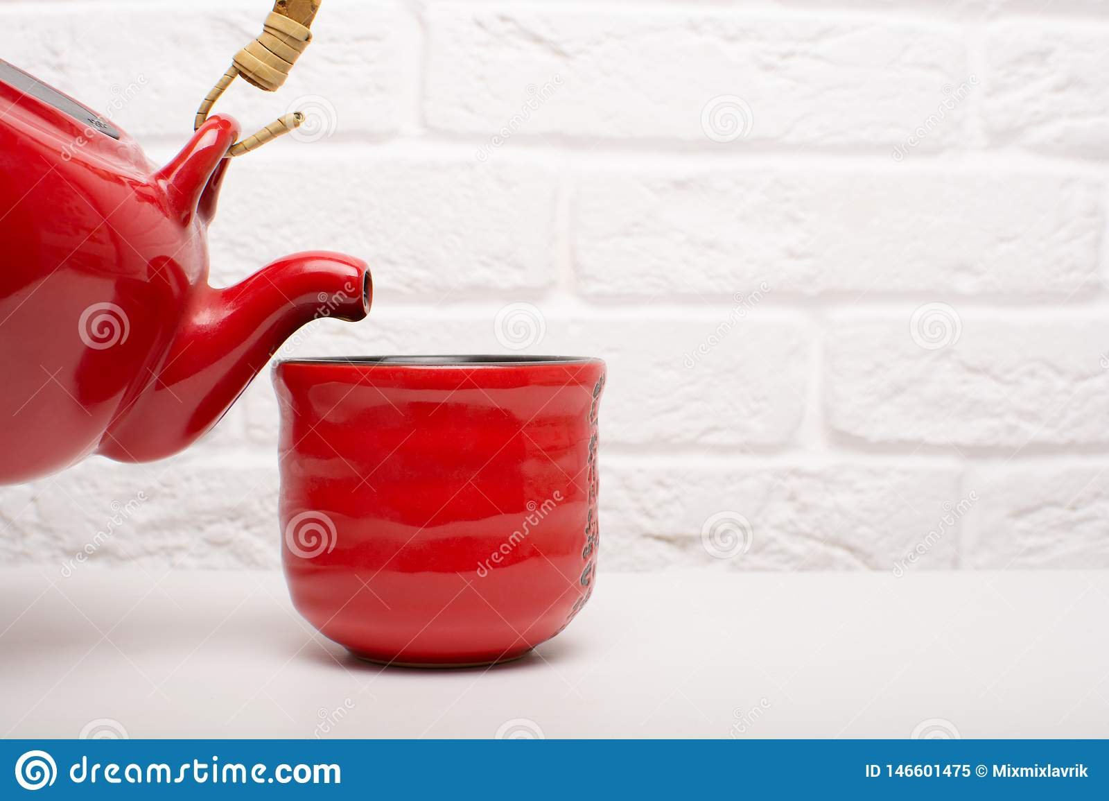 Häll te in i en röd kopp