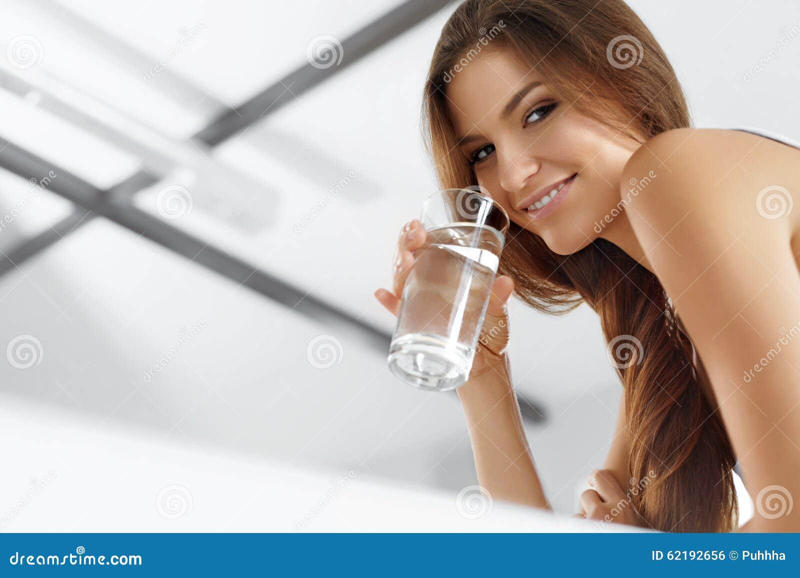 Hälsa skönhet, bantar begrepp dricka lycklig vattenkvinna drinkar