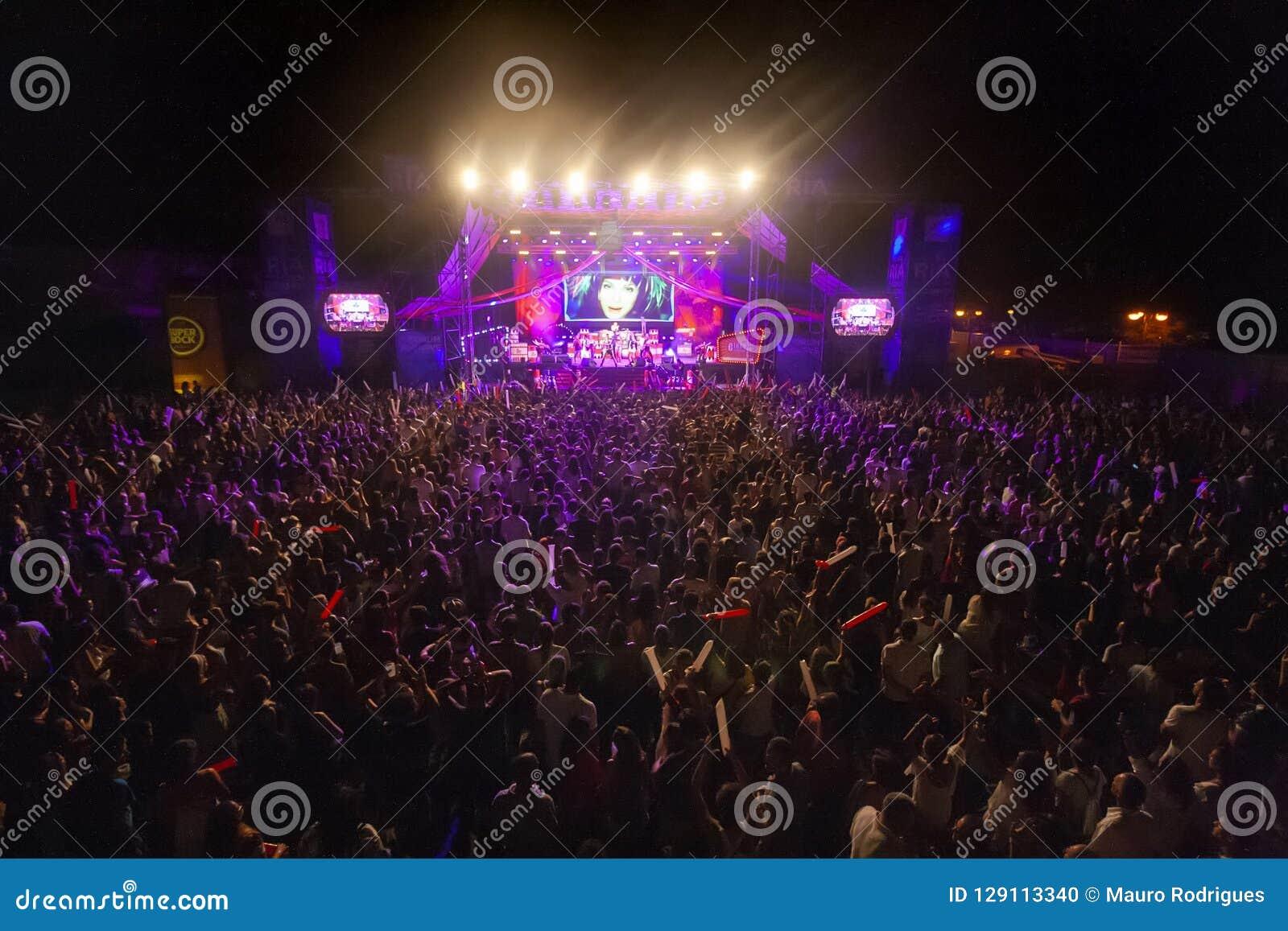 Hämnd av 90-talmusikbandet som utför på musikfestival