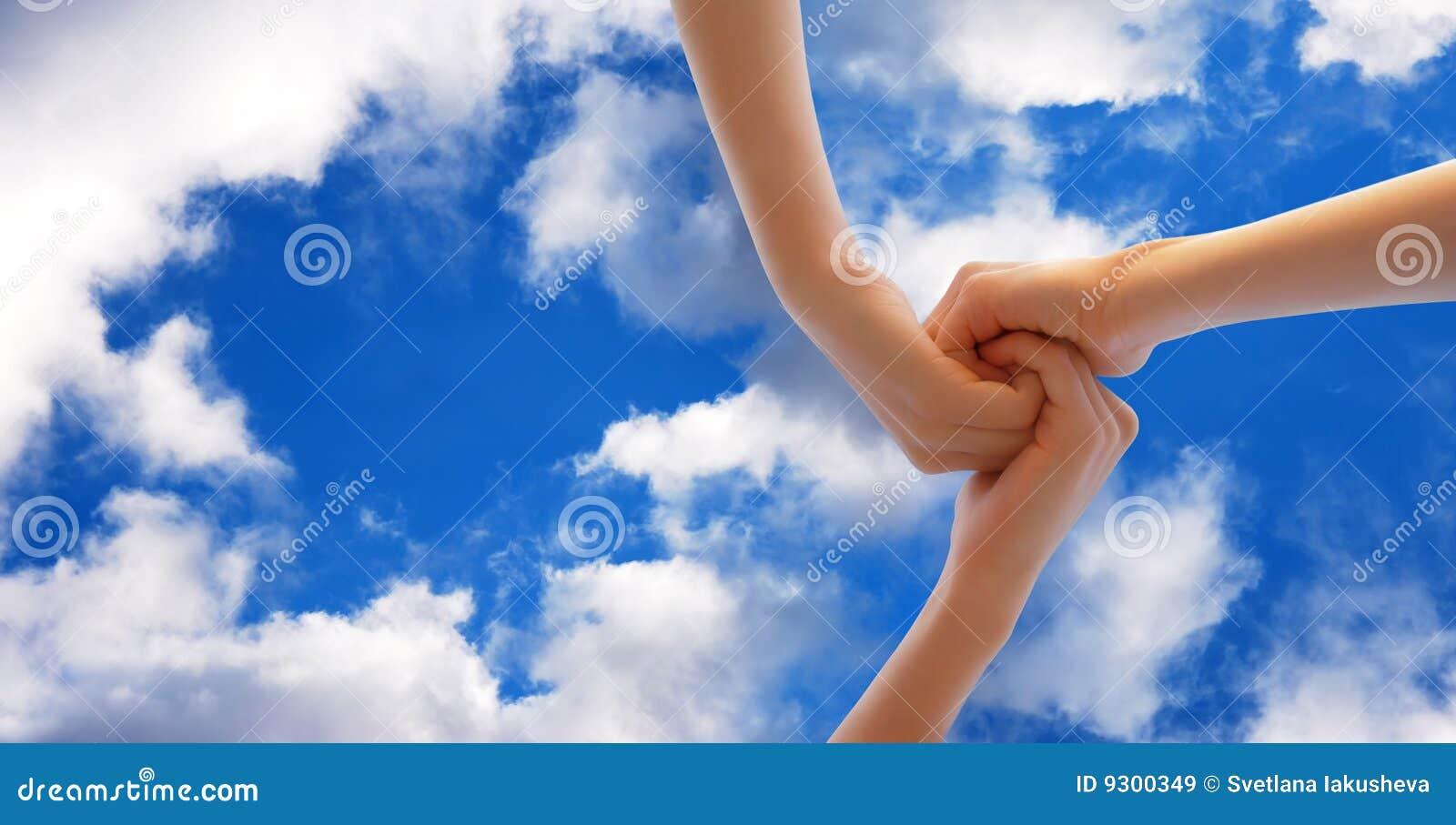 Hände auf dem Himmel