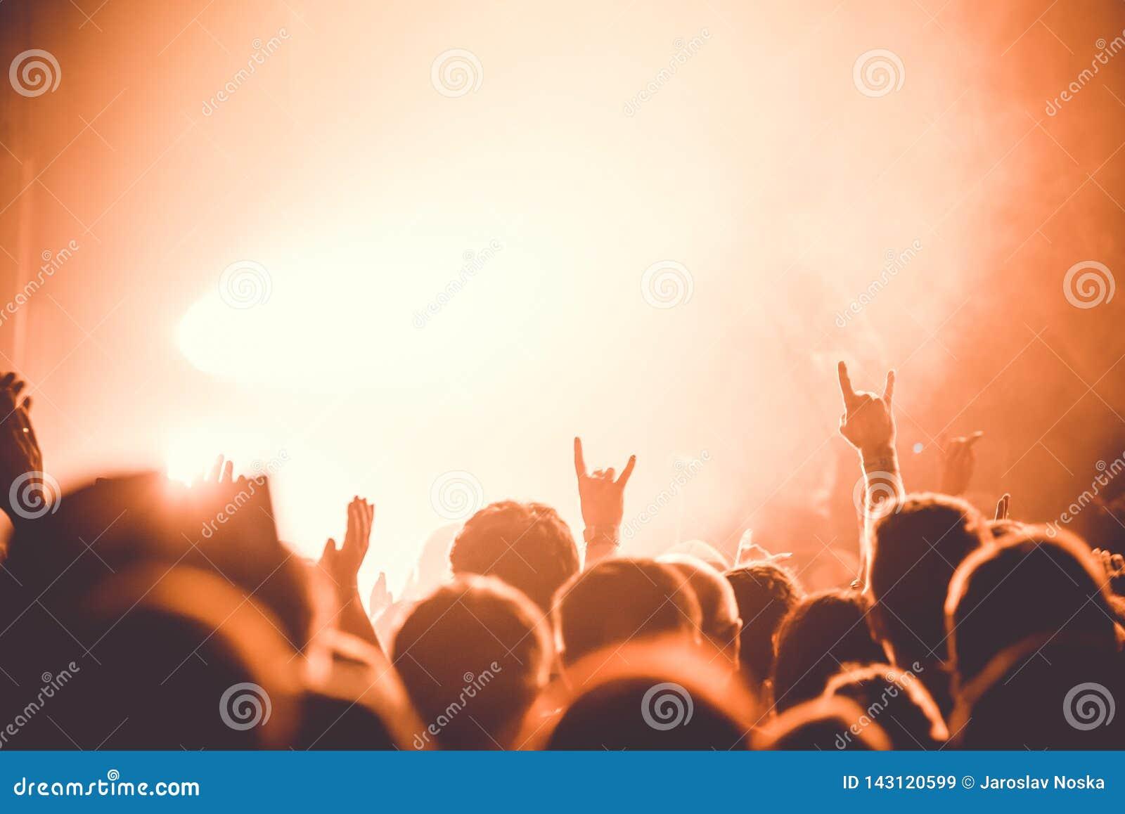Hände auf dem Rockkonzert