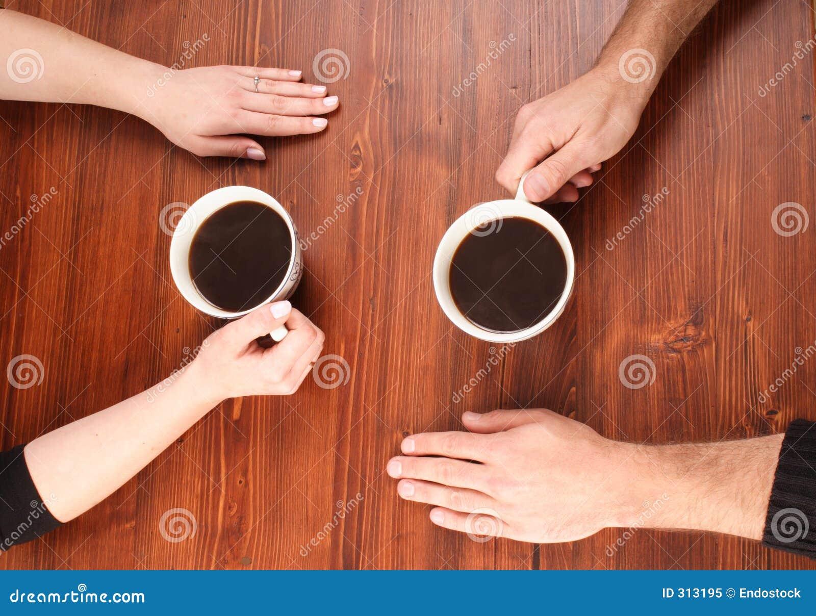 Hände auf der Tabelle