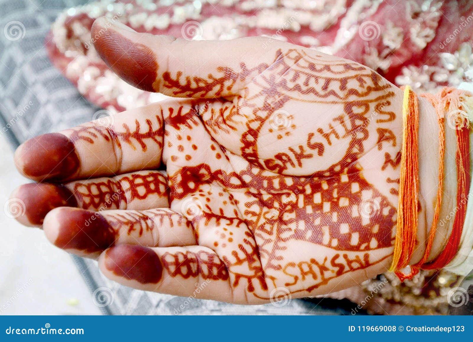Hände der Braut bei der Ausführung von Heiratsritualen