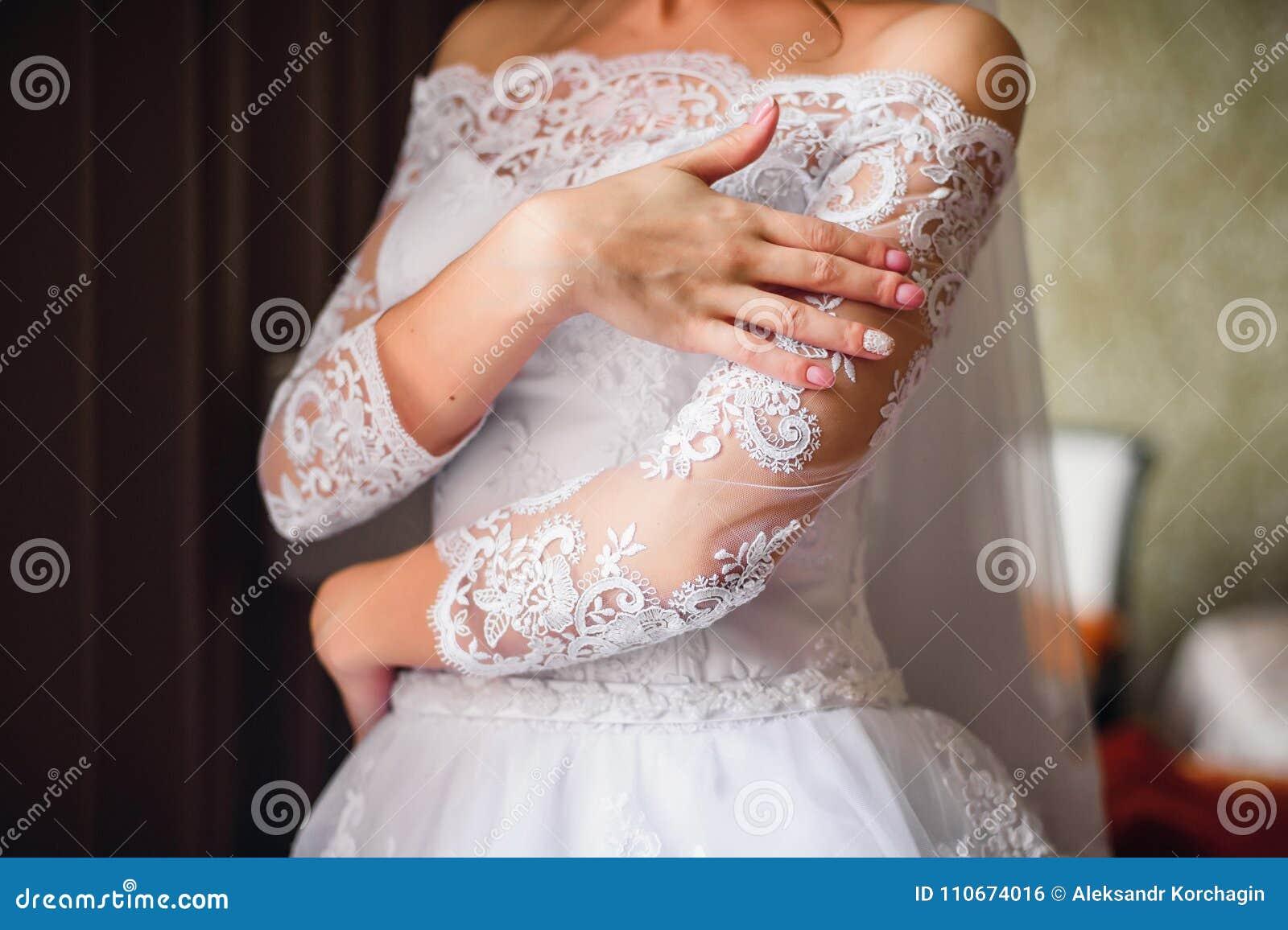 Hände Der Braut Mit Einer Rosa Hochzeit Maniküren Auf ...