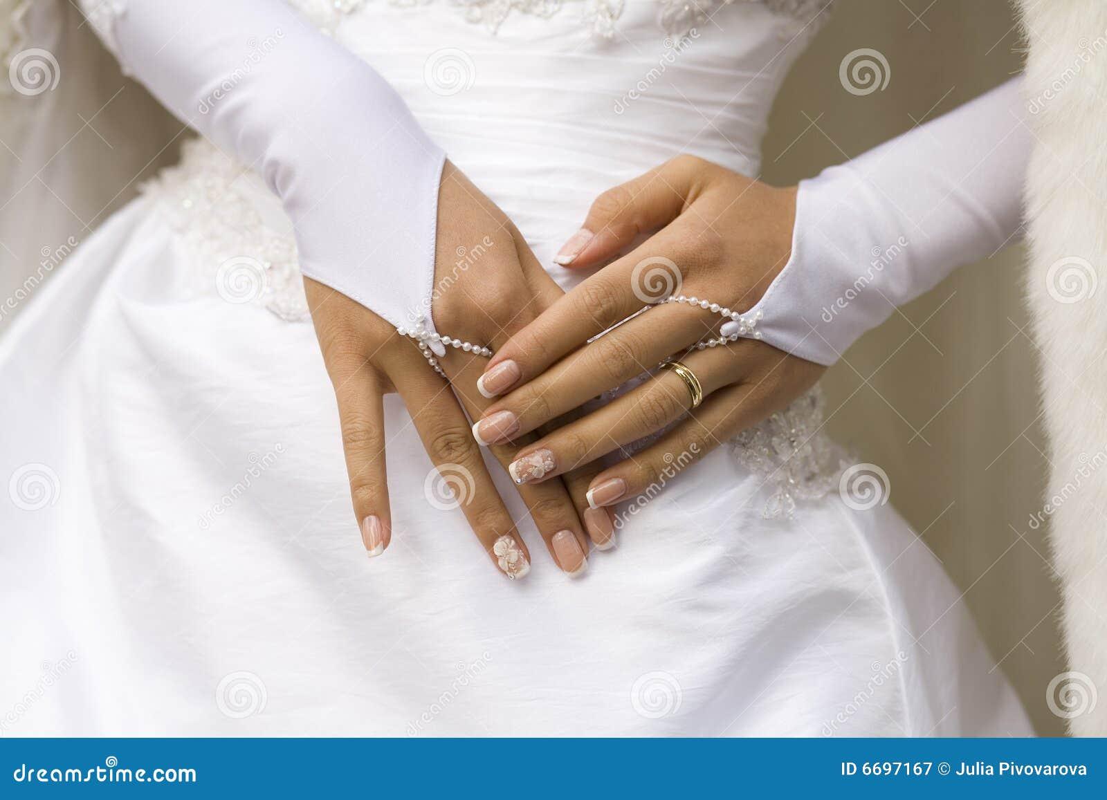 Hände der Braut mit Maniküre