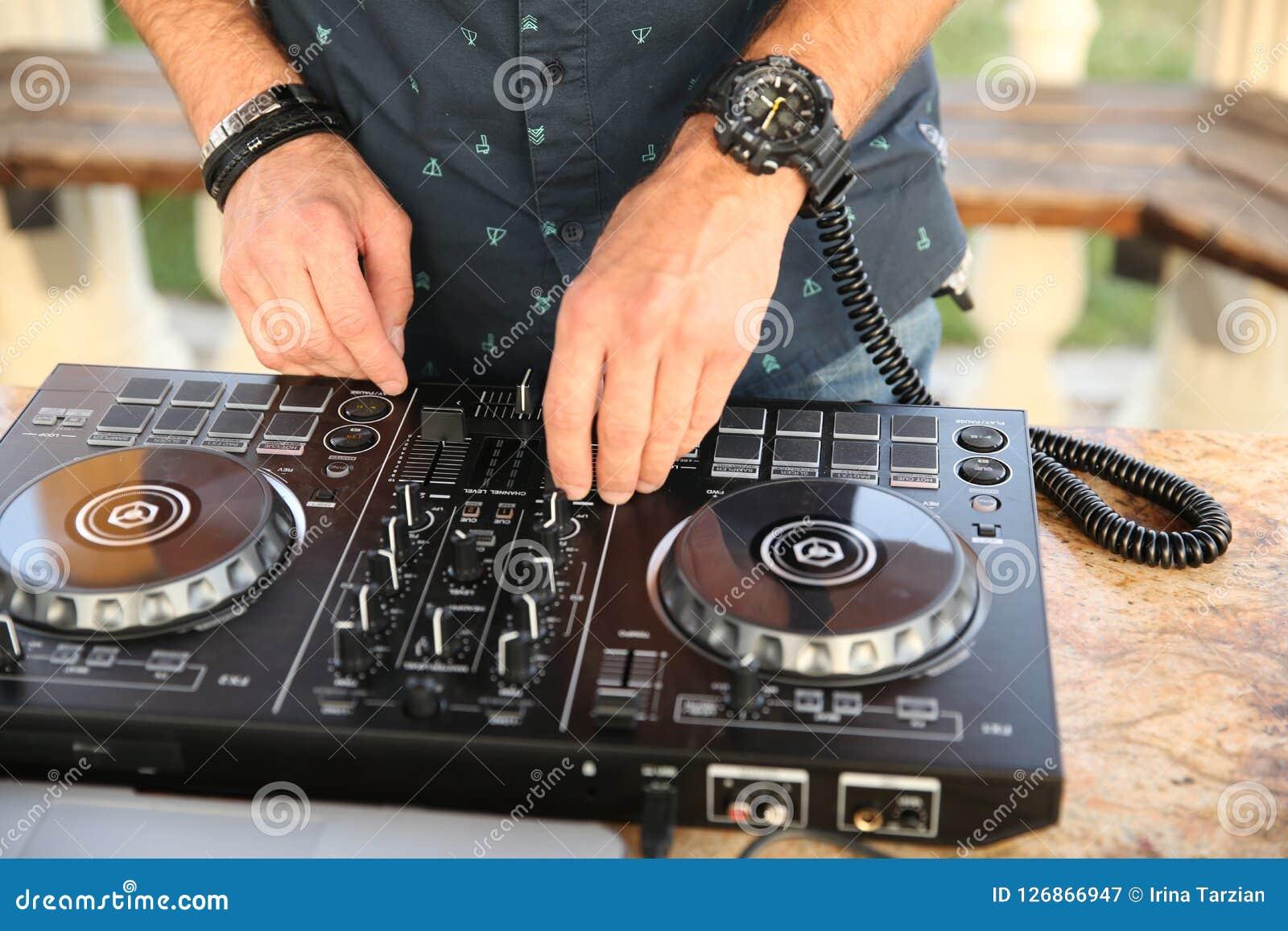 Hände der DJ-Mischungsmusik
