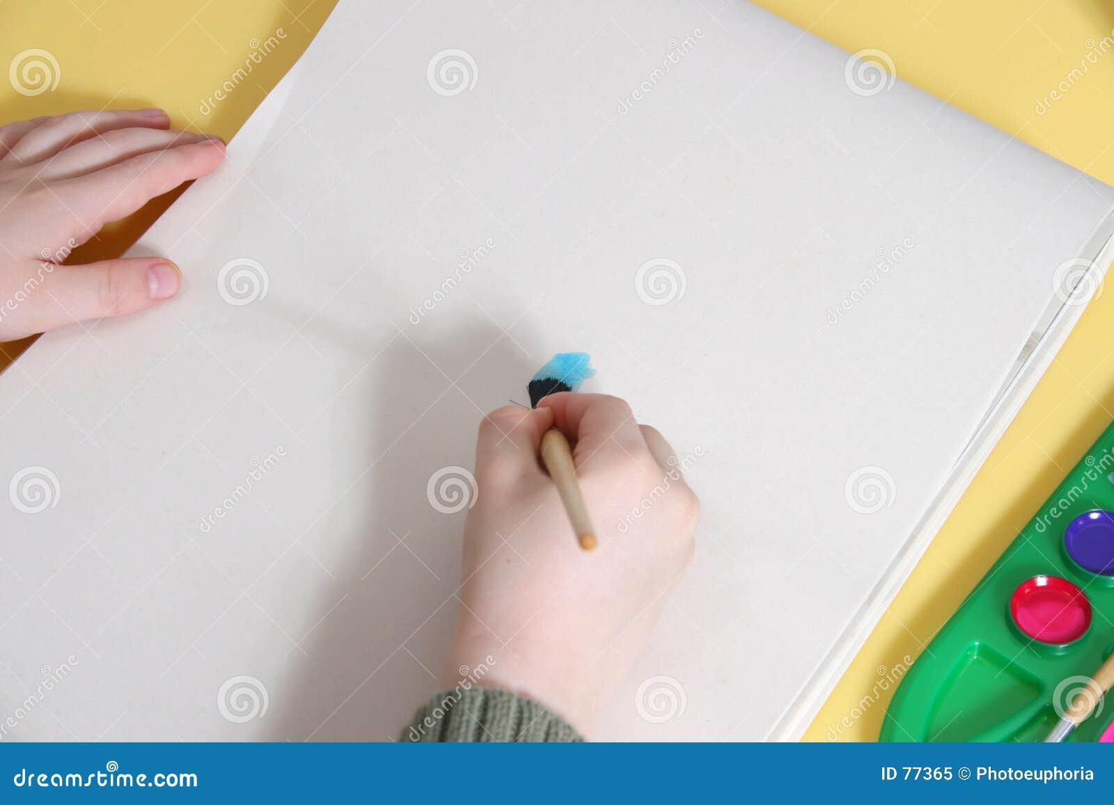 Hände des Jungen, die auf Tablette malen