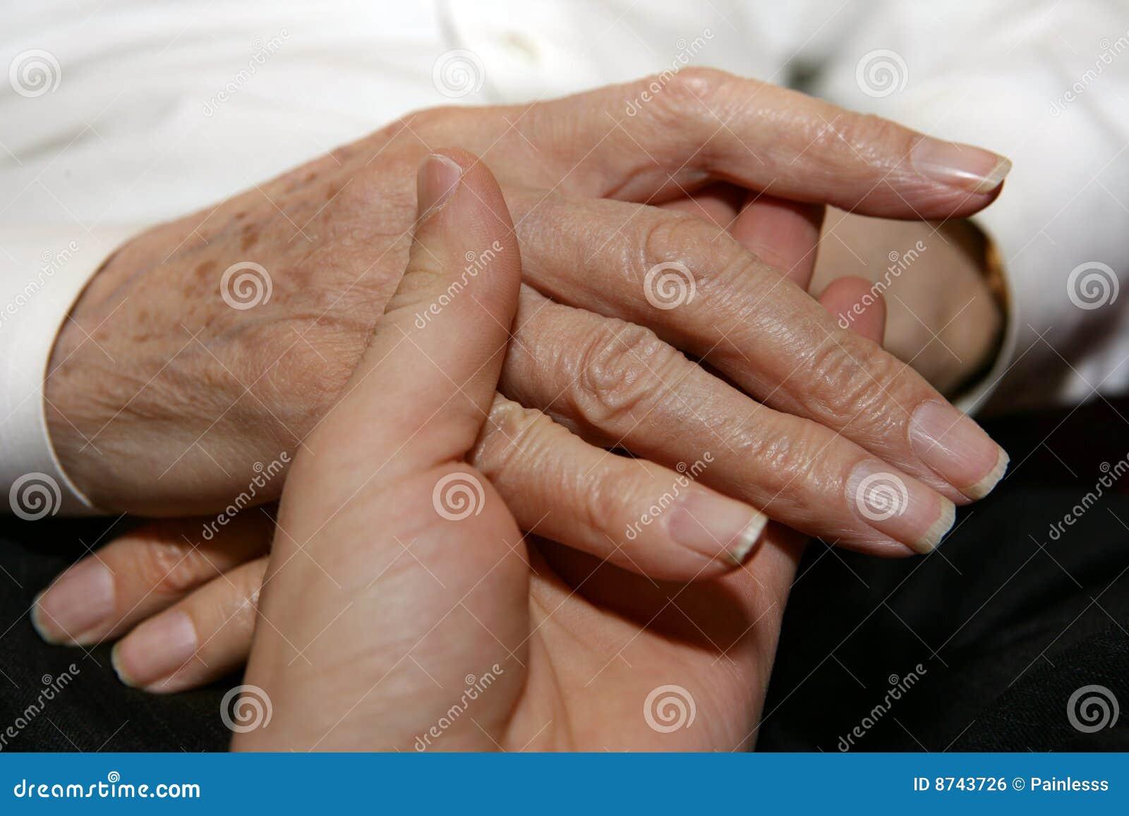Hände des Pflegekraftholdingälteren