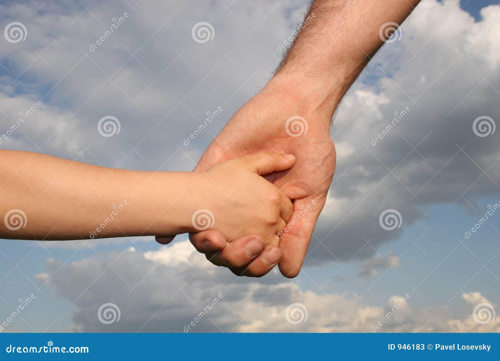 Hände des Vaters und des Sohns