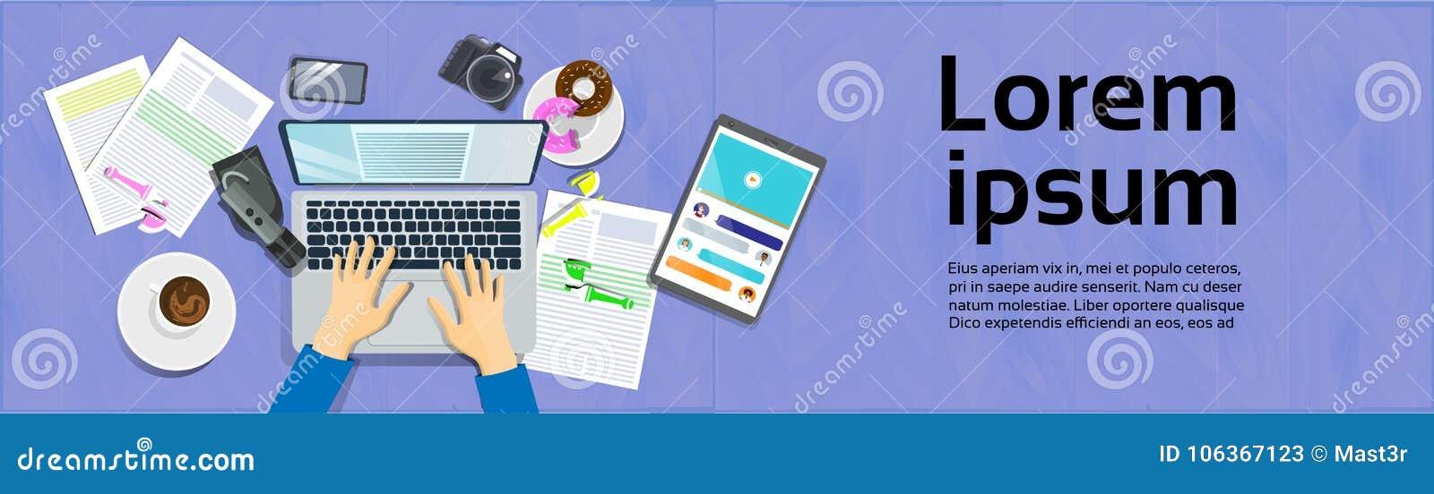 Hände, die auf Laptop-Computer, Draufsicht über Schreibtisch mit Digital-Tablet und dem Smart-Telefon-Arbeitsplatz-Konzept horizo